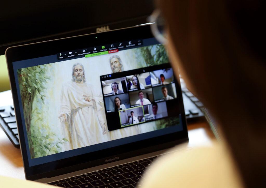 La hermana Kimber Young enseña a los misioneros en chino mandarín a través de videoconferencia en el Centro de Capacitación Misional de Provo el miércoles 25 de marzo de 2020. En un intento por controlar la propagación de COVID-19, los misioneros están siendo entrenados por videoconferencia remota en lugar de viajar al Los 10 centros de entrenamiento misionero de la Iglesia de Jesucristo de los Santos de los Últimos Días.