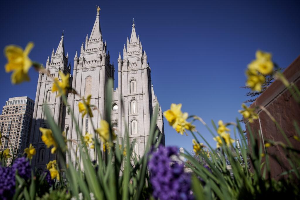 El Templo de Salt Lake de La Iglesia de Jesucristo de los Santos de los Últimos Días se ve a la luz de la mañana antes del comienzo de la 190a Conferencia General Anual en Salt Lake City el sábado 4 de abril de 2020. Debido a la propagación de COVID-19 , la conferencia se está transmitiendo sin la asistencia de miembros de la iglesia.