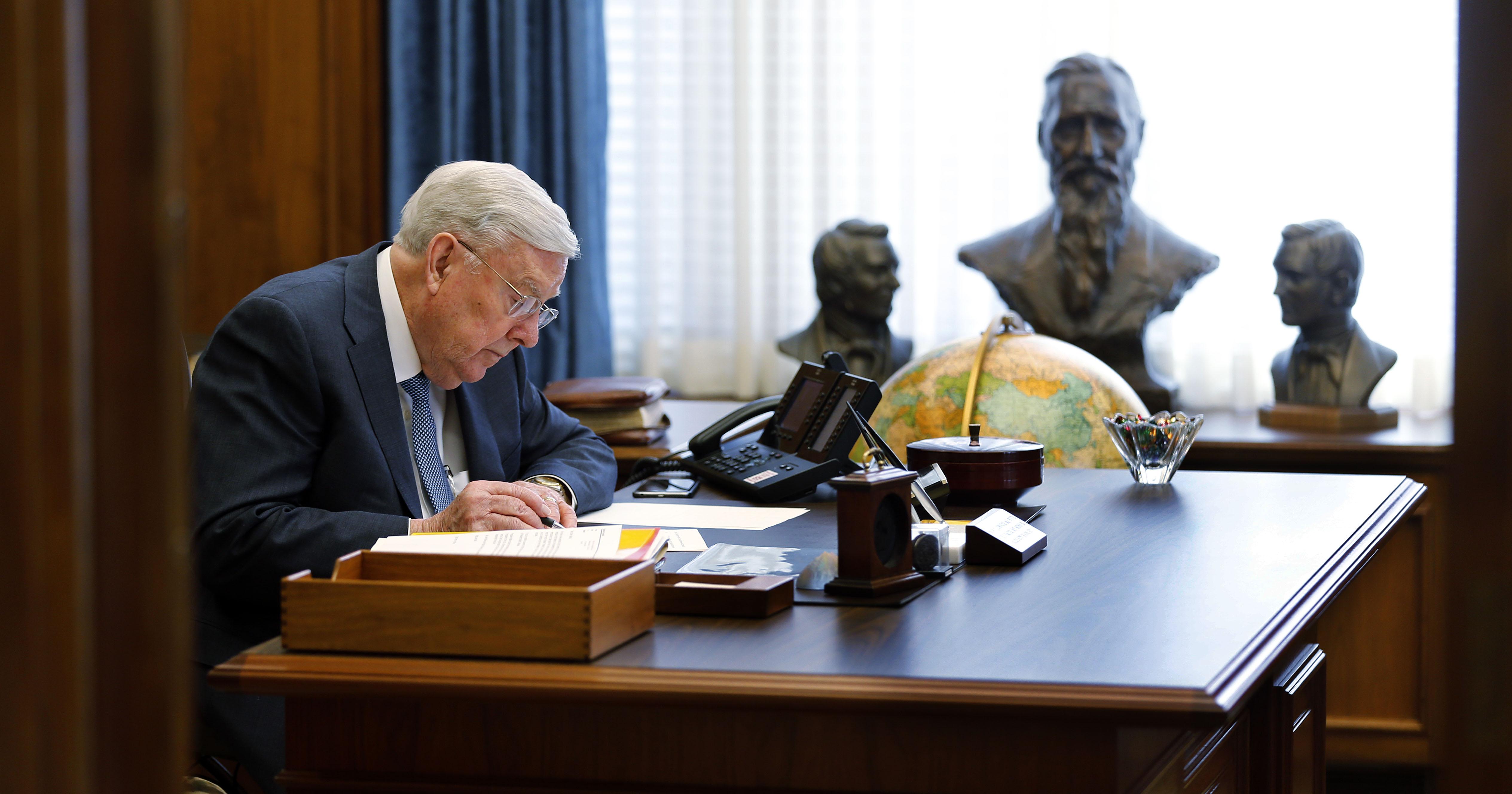 O presidente M. Russell Ballard, presidente interino do Quórum dos Doze Apóstolos de A Igreja de Jesus Cristo dos Santos dos Últimos Dias, trabalha em seu escritório na terça-feira, 13 de março de 2018.