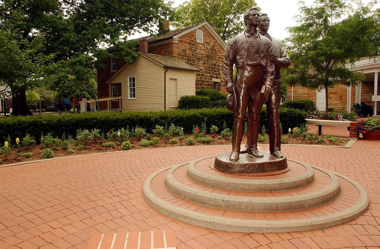 Há uma estátua de Joseph e Hyrum Smith do lado de fora da Cadeia de Carthage, onde os irmãos foram mortos em 27 de junho de 1844.