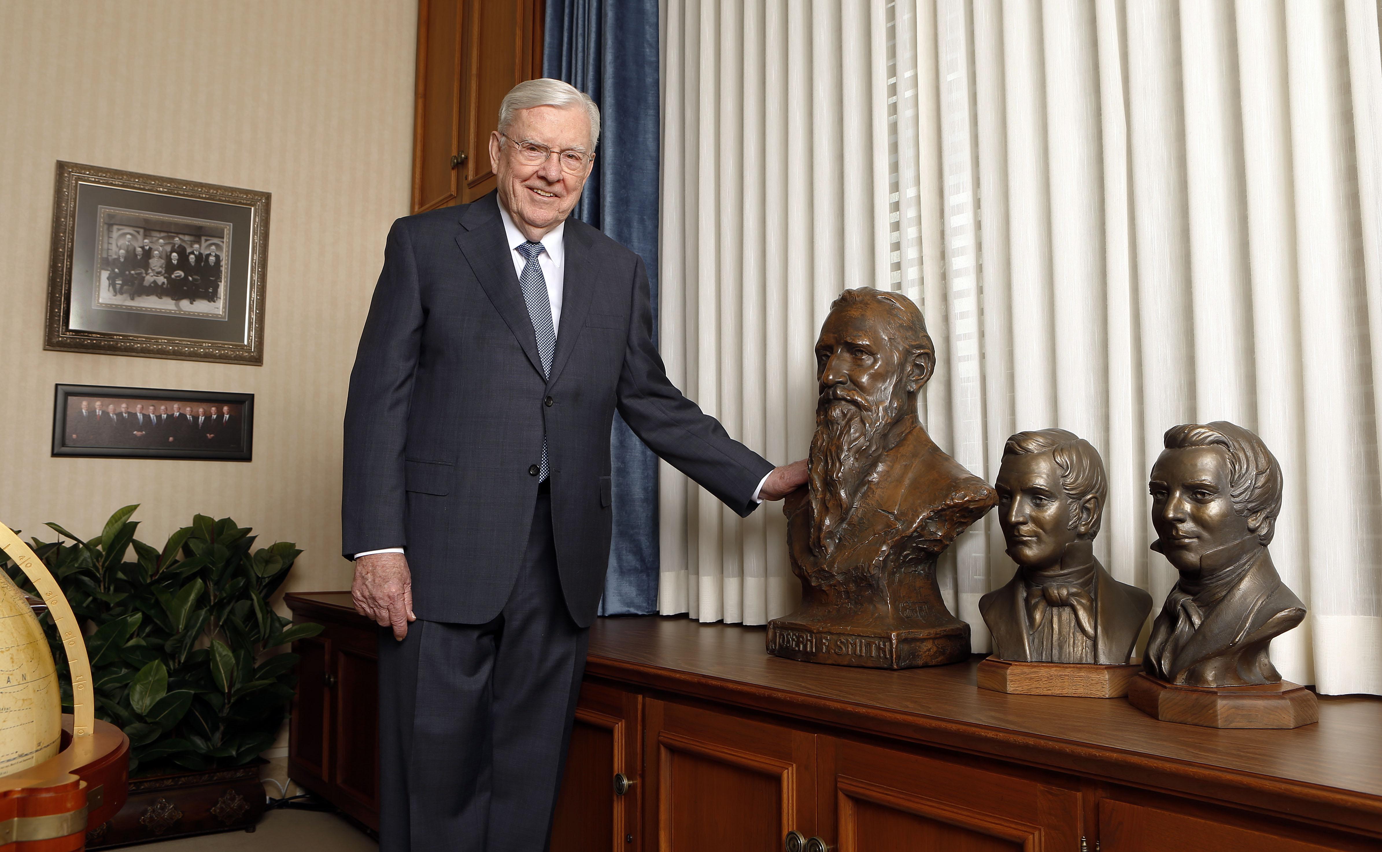 O presidente M. Russell Ballard, presidente interino do Quórum dos Doze Apóstolos de A Igreja de Jesus Cristo dos Santos dos últimos dias, posa para uma foto em seu escritório em Salt Lake City na terça-feira, 13 de março de 2018.