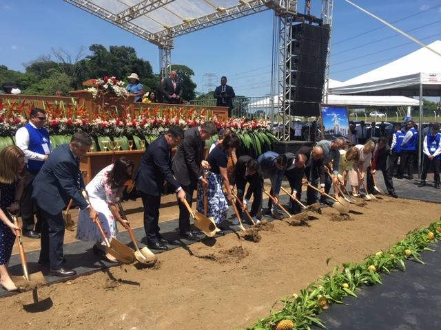 Élder Marcos A. Aidukaitis, presidente da Área Brasil, na abertura de terra com líderes locais da Igreja e da comunidade para sinalizar o início da construção do Templo de Belém Brasil, no dia 17 de agosto de 2019.