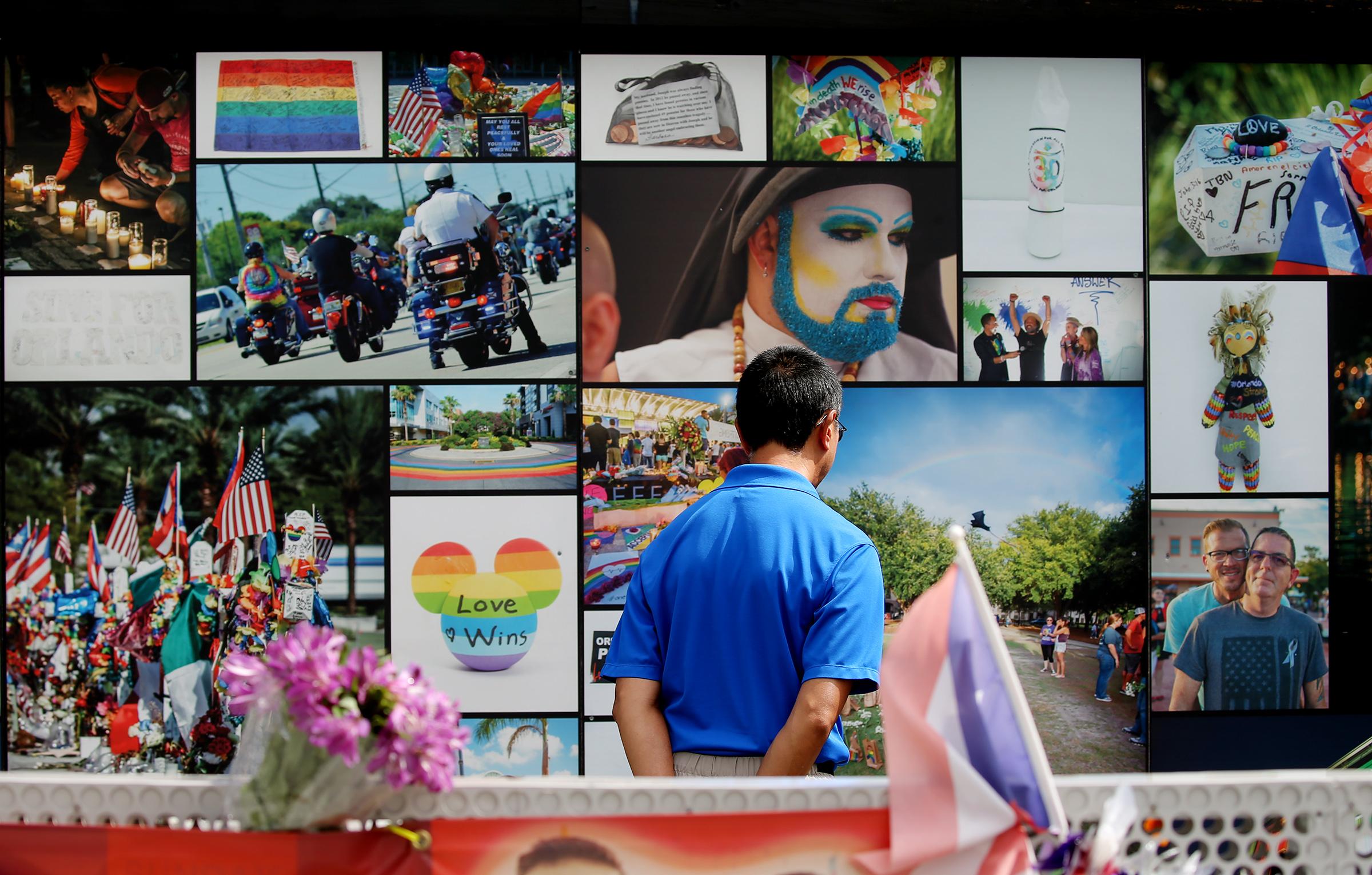 Um homem olha lembranças deixadas na discoteca Pulse em Orlando, Flórida, no domingo, 9 de junho de 2019.