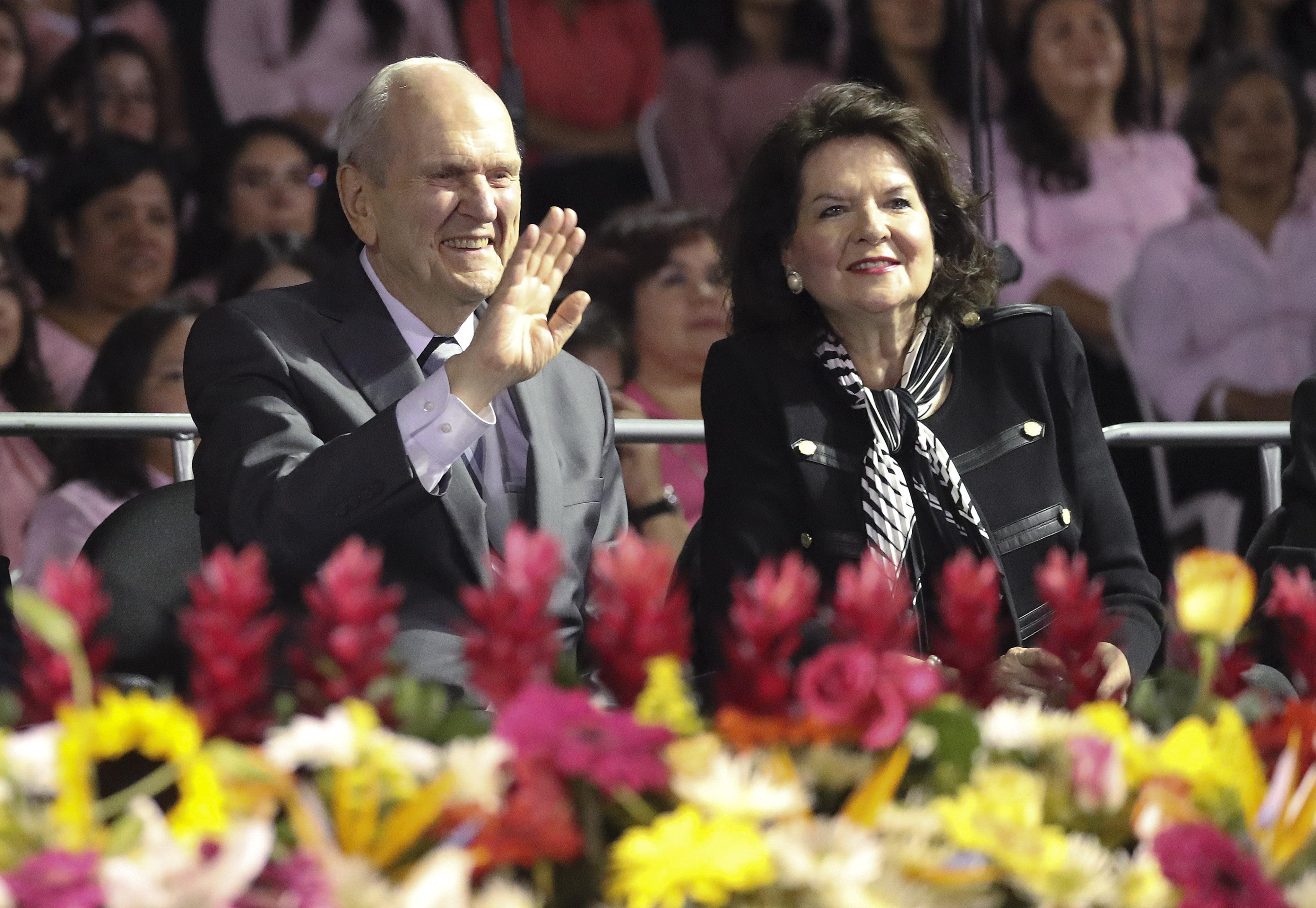 O presidente Russell M. Nelson, de A Igreja de Jesus Cristo dos Santos dos Últimos Dias, e sua esposa, Wendy Nelson, acenam para os participantes antes do devocional no Estadio Cementos Progreso na Cidade da Guatemala, no sábado, 24 de agosto de 2019.