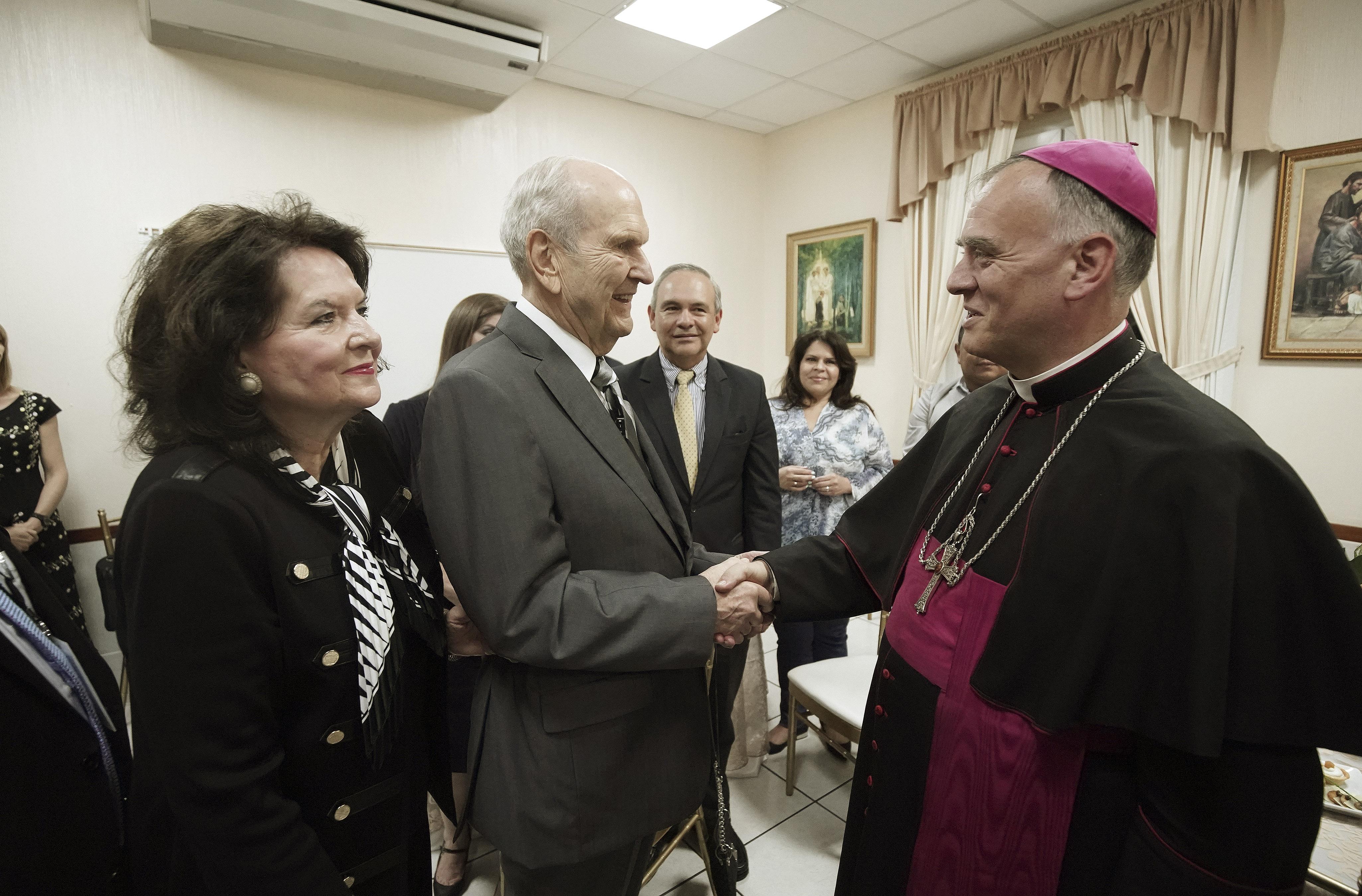 O presidente Russell M. Nelson, de A Igreja de Jesus Cristo dos Santos dos Últimos Dias, e sua esposa, Wendy Nelson, se reúnem com o arcebispo Henry Marie Denis Thevenin antes do devocional na Cidade da Guatemala, no sábado, 24 de agosto de 2019.