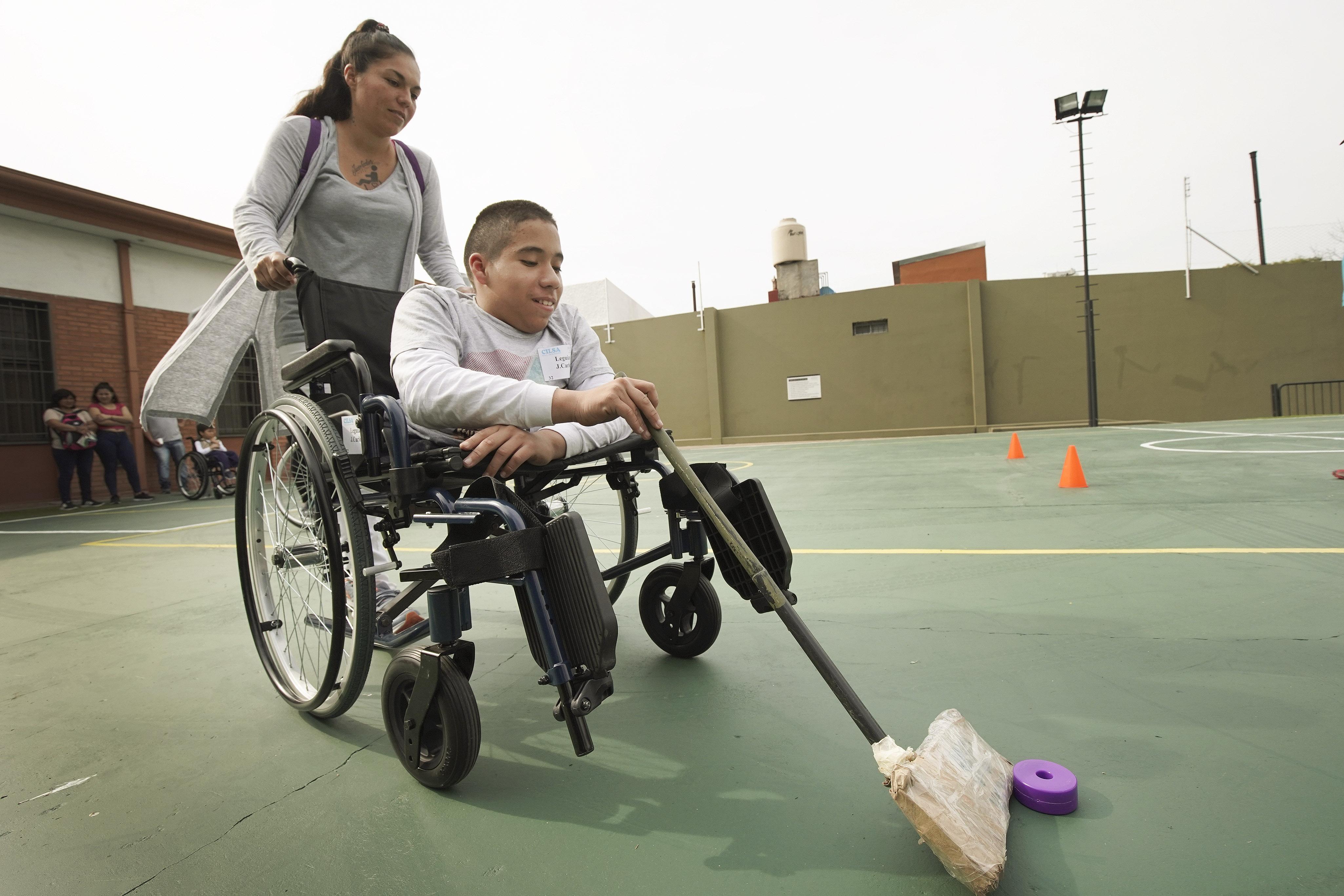 Juan Carlos Loza brinca com a ajuda da mãe, Paola Loza, depois que o Latter-day Saint Charities doou-lhe uma cadeira de rodas na capela da Ala Villa Urquiza, em Buenos Aires, Argentina, na quarta-feira, 28 de agosto de 2019.