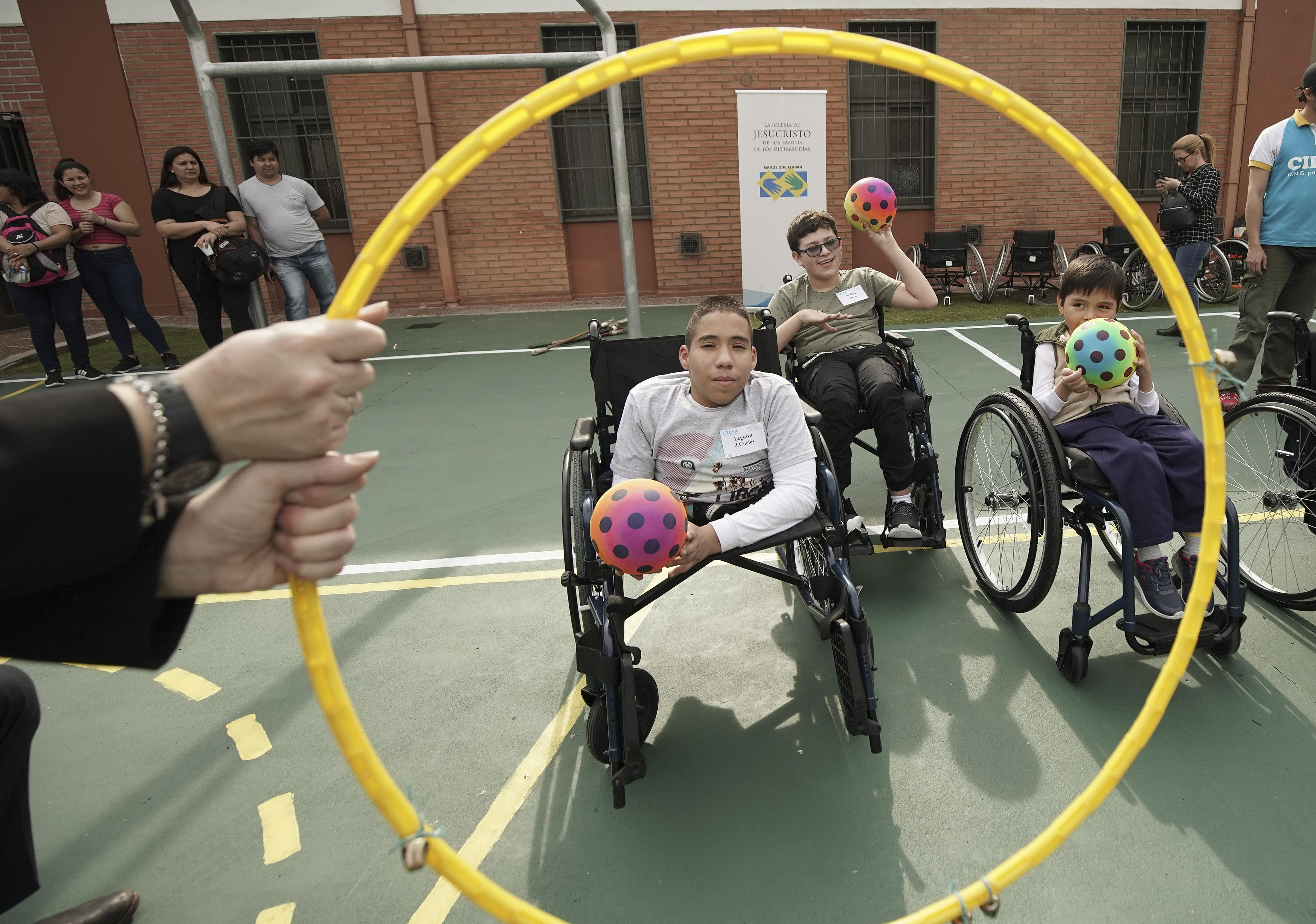 Juan Carlos Loza brinca depois que o Latter-day Saint Charities doou-lhe uma cadeira de rodas na capela da Ala Villa Urquiza em Buenos Aires, Argentina, na quarta-feira, 28 de agosto de 2019.