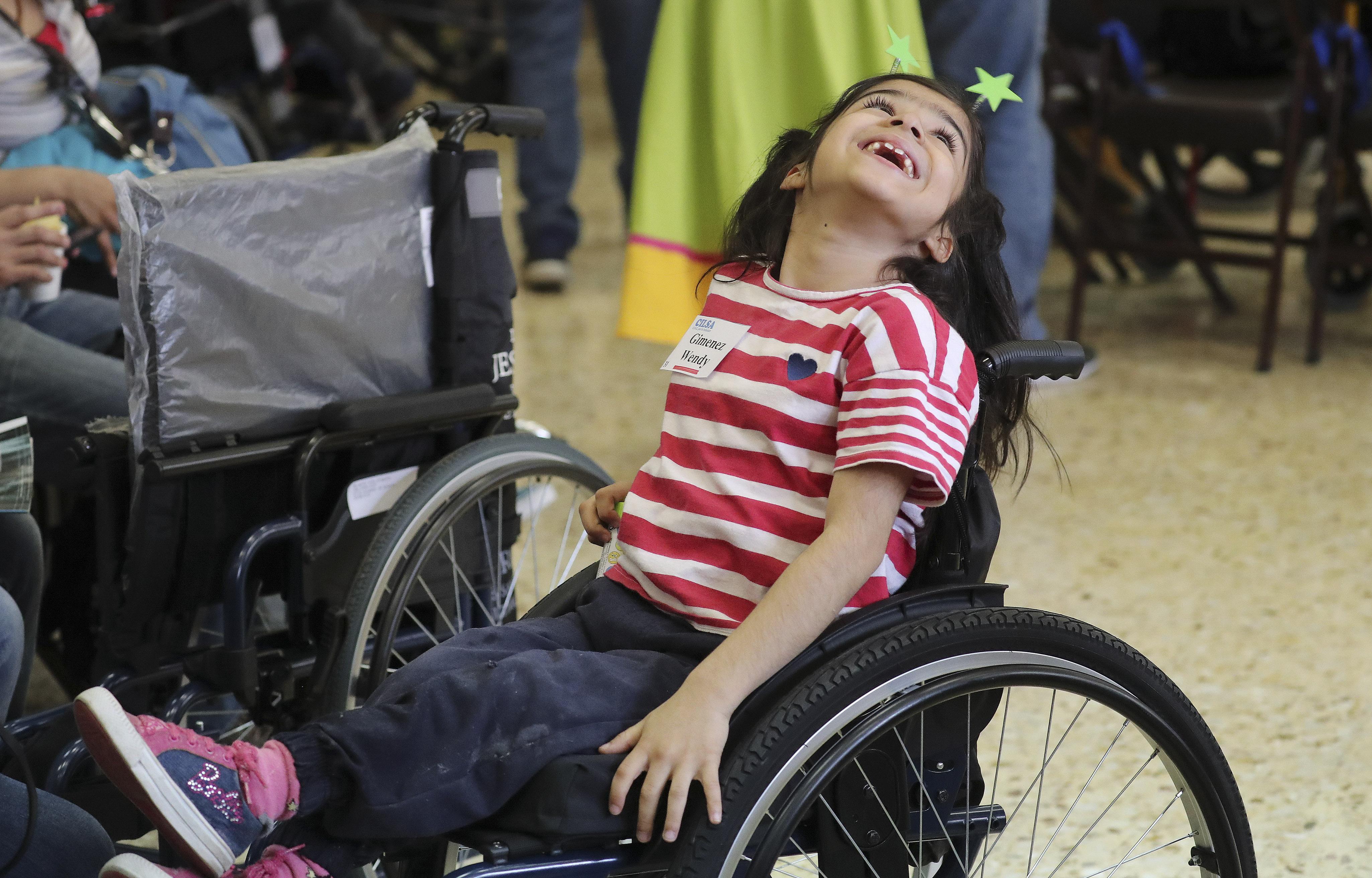 Wendy Gimenez desfruta da nova cadeira de rodas que o Latter-day Saint Charities doou-lhe na capela da Ala Villa Urquiza em Buenos Aires, Argentina, na quarta-feira, 28 de agosto de 2019.