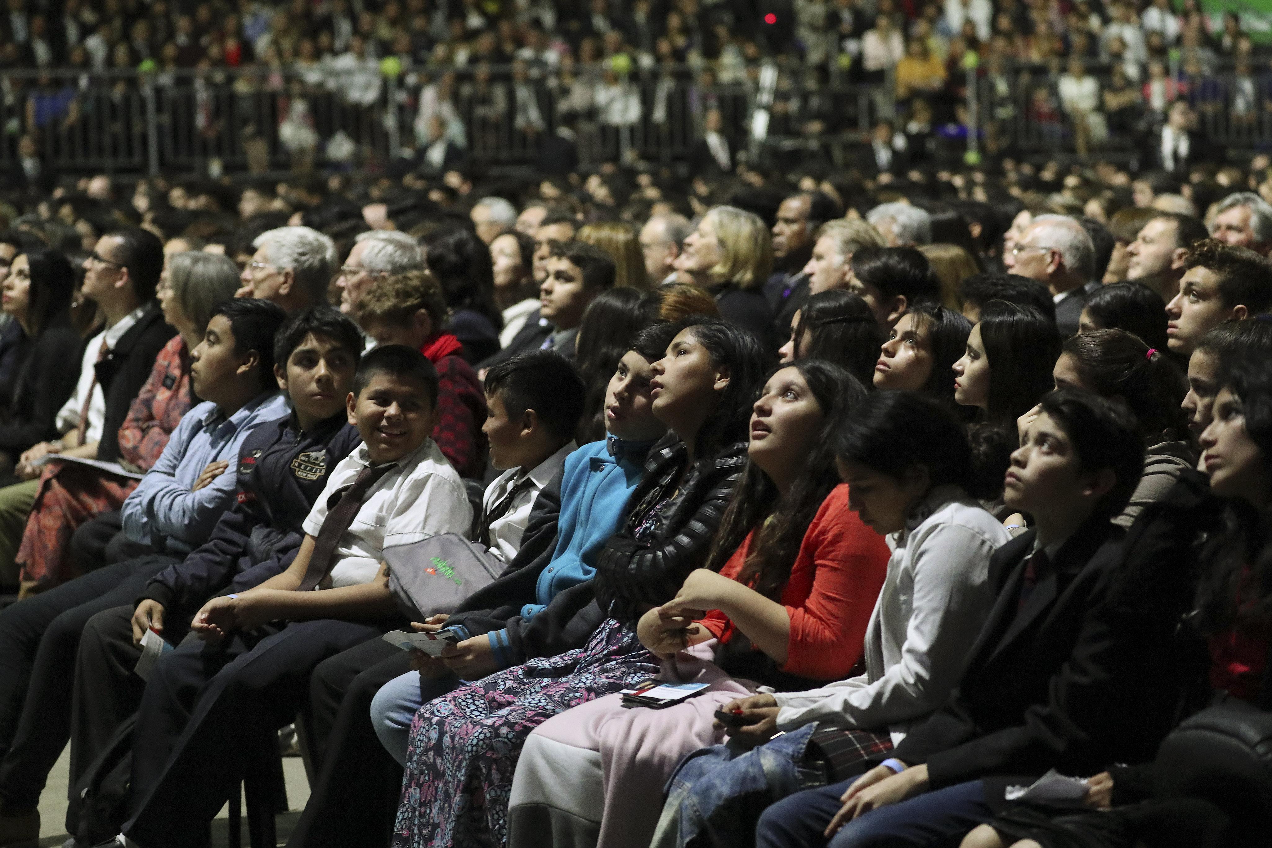 Participantes assistem ao devocional realizado em Buenos Aires, Argentina, na quarta-feira, 28 de agosto de 2019.