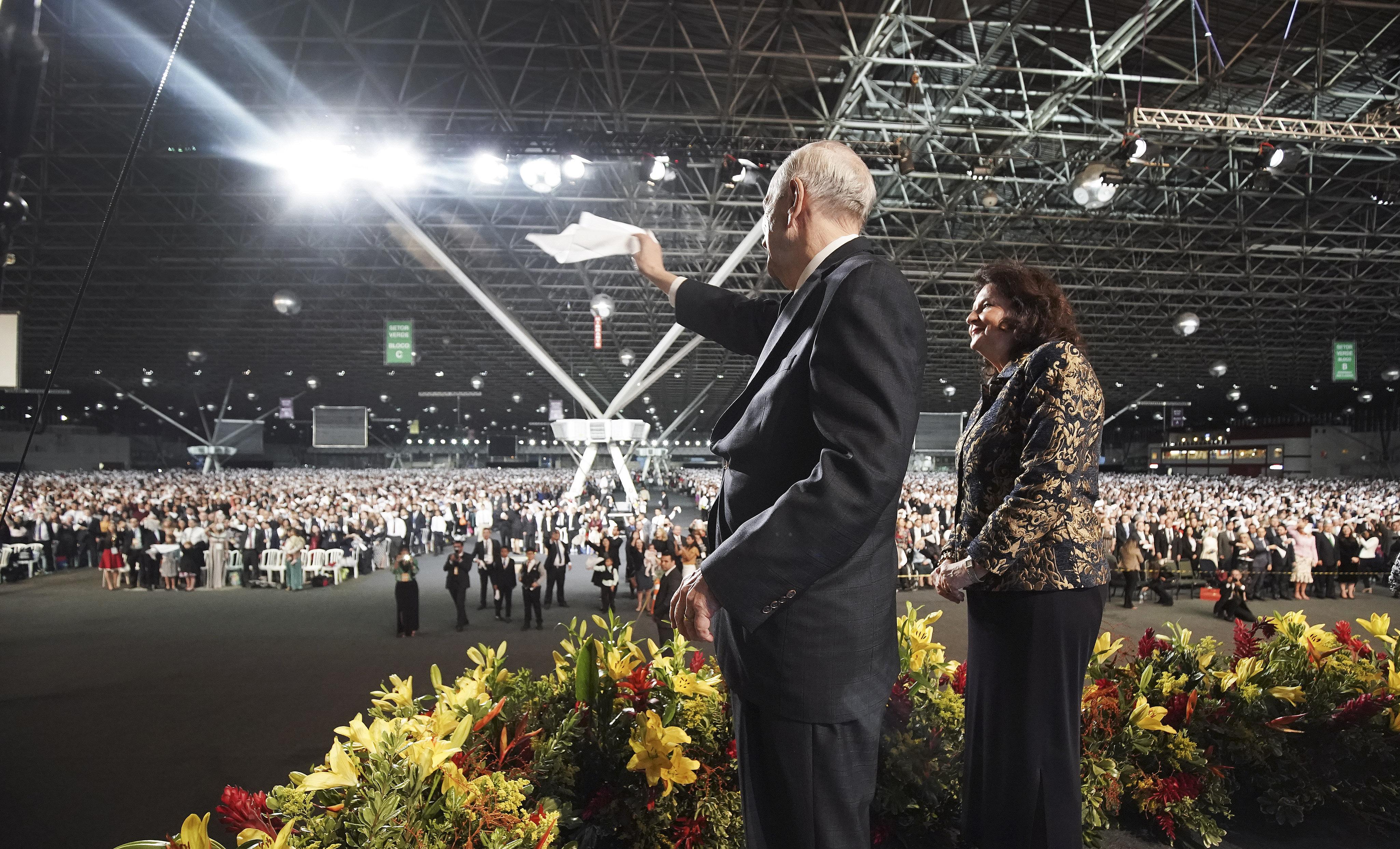 O presidente Russell M. Nelson, de A Igreja de Jesus Cristo dos Santos dos Últimos Dias, e sua esposa, a irmã Wendy Nelson, acenam para os participantes após um devocional em São Paulo, Brasil, no domingo, 1º de setembro de 2019.