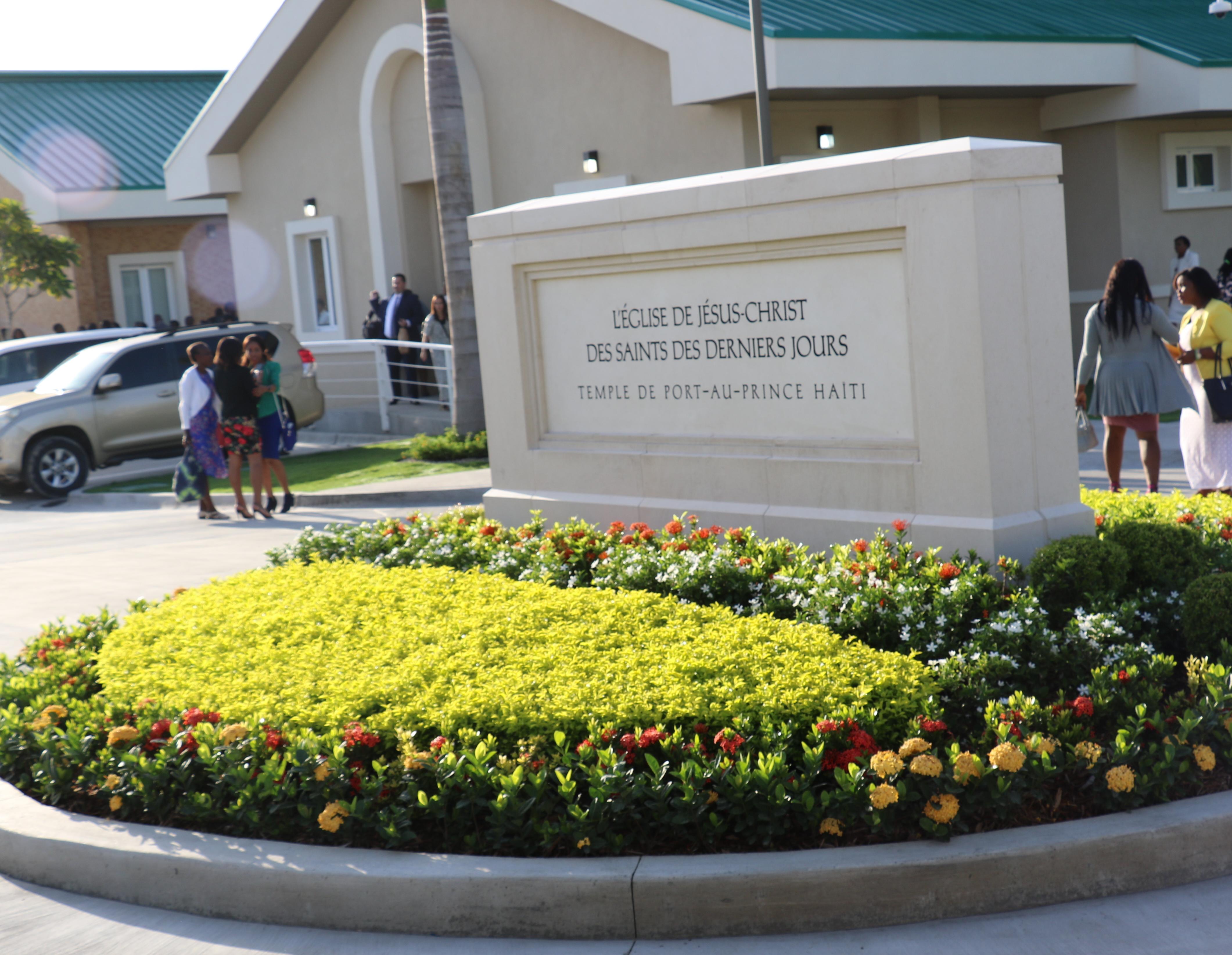 A placa na entrada do Templo de Porto Príncipe Haiti no dia de sua dedicação, 1 de setembro de 2019.