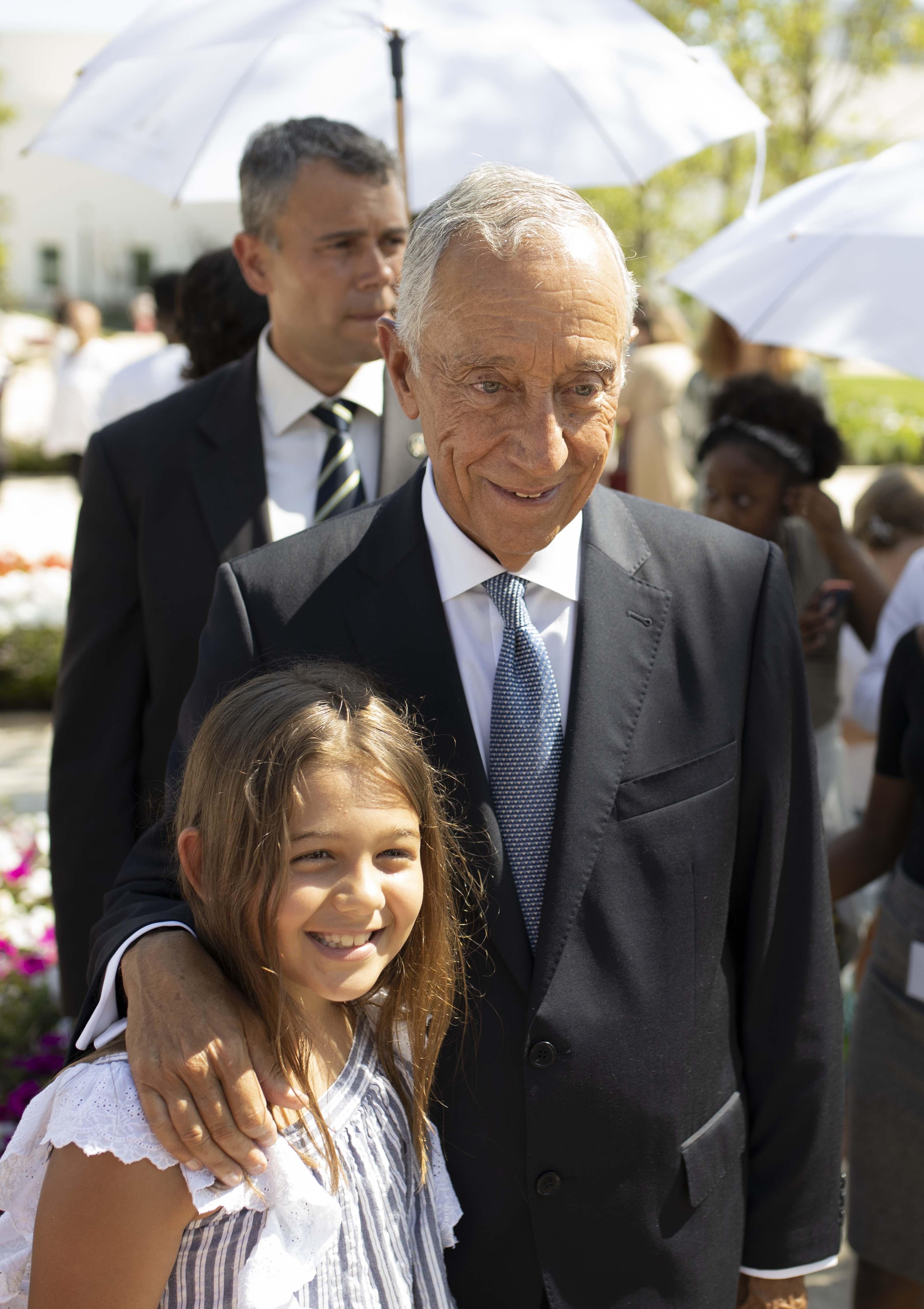 O presidente de Portugal, Marcelo Rebelo de Sousa tira uma fotografia com uma criança no terreno do Templo de Lisboa Portugal em 29 de agosto de 2019.