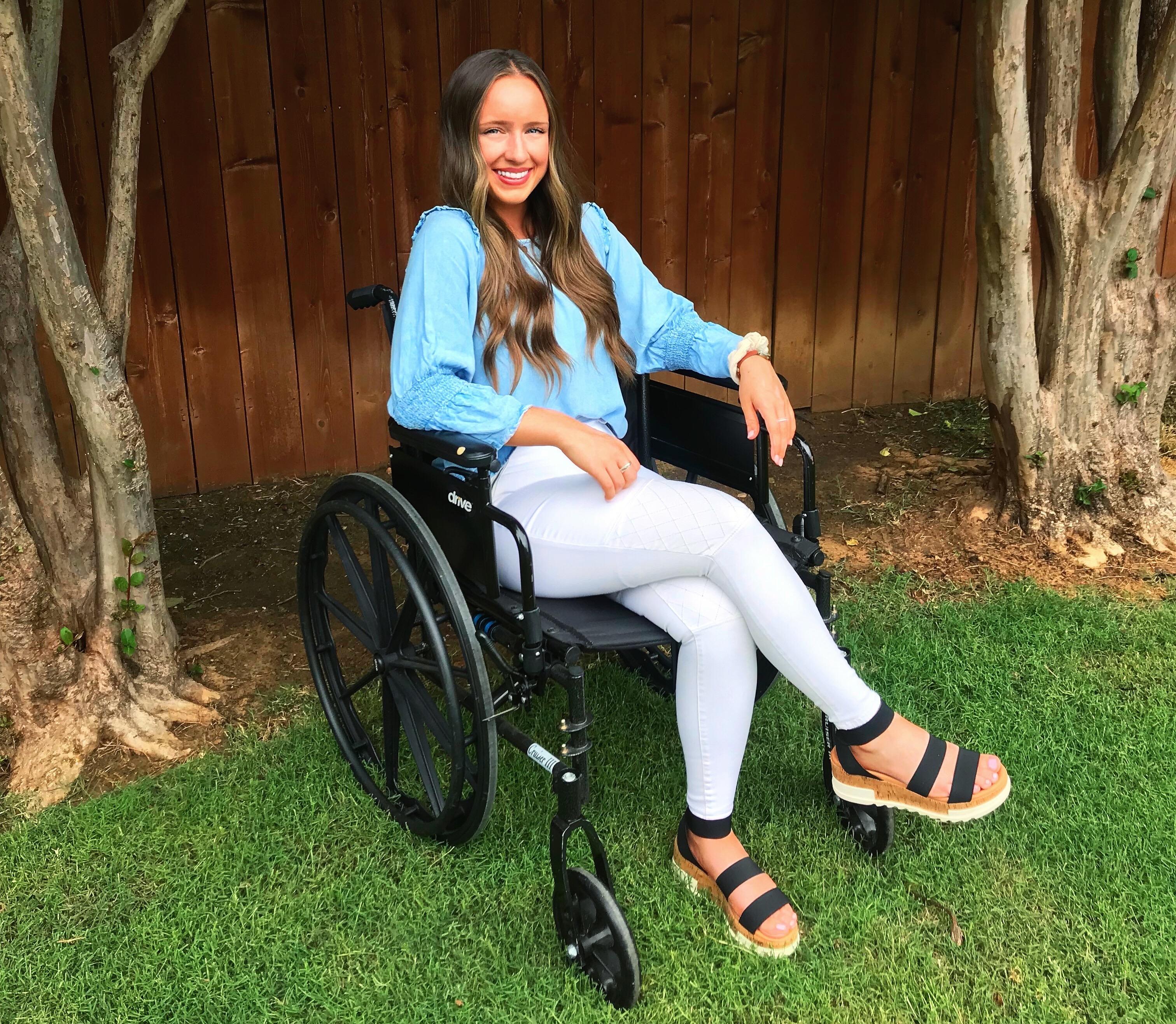 Monique McDown numa cadeira de rodas, após acidente que a deixou paralítica quando servia uma missão de tempo integral no Brasil.