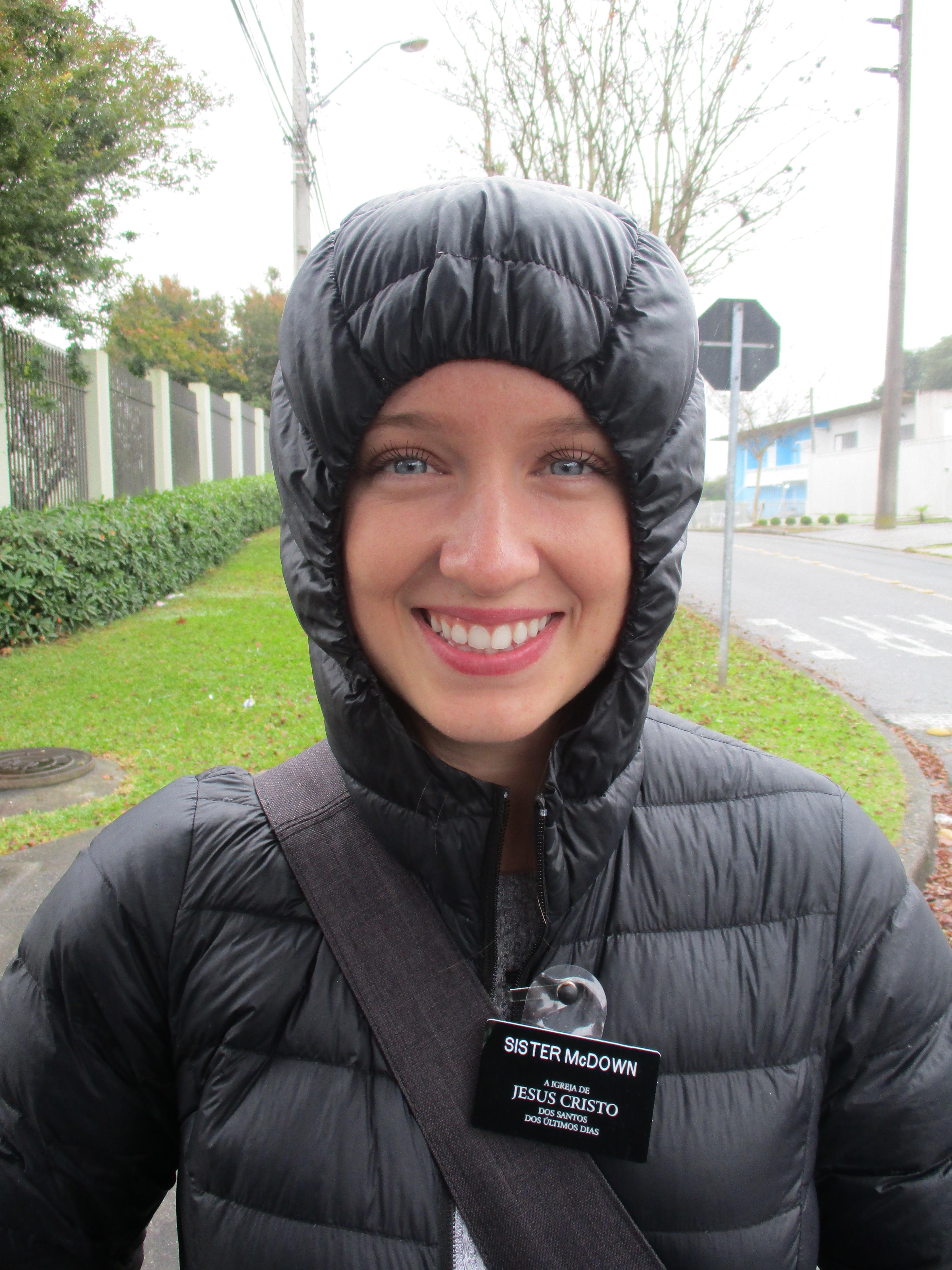 Monique McDown durante a missão num dia frio e chuvoso em Curitiba, Brasil.