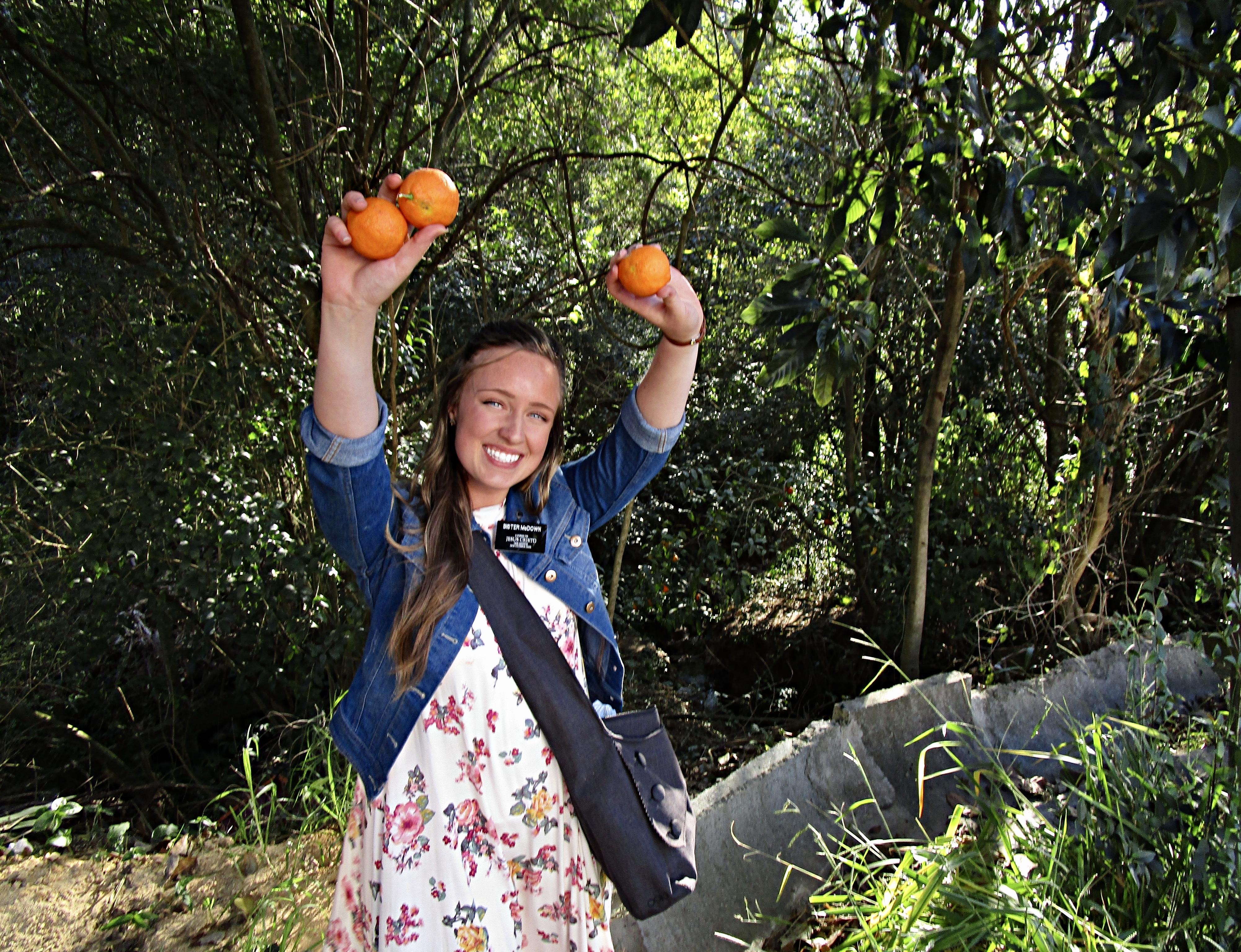 Monique McDown enquanto servia missão em Curitiba, Brasil. Esta foto foi tirada minutos antes de McDown sofrer o acidente que a deixou com a perna direita paralítica.