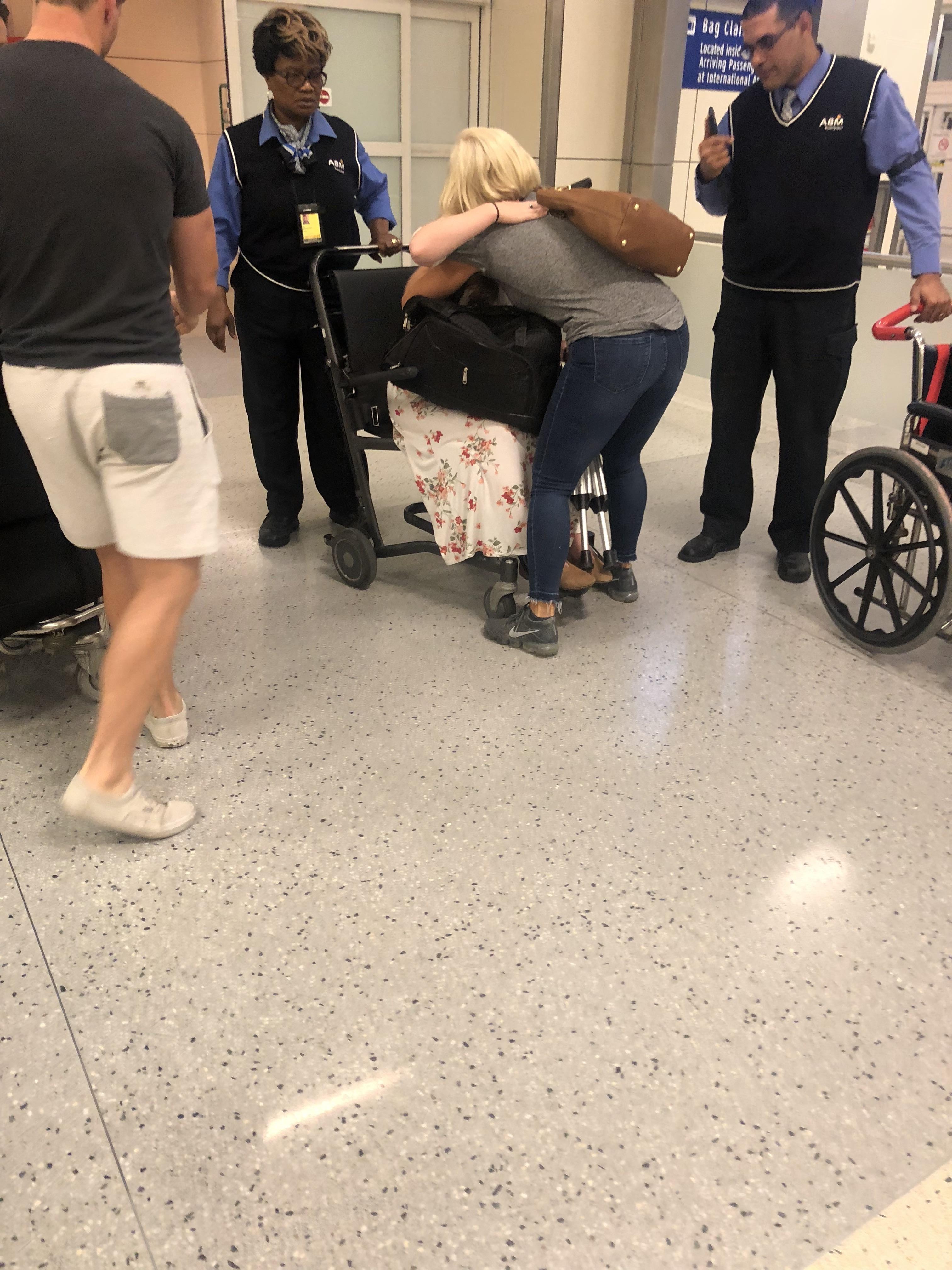 Monique McDown ao chegar no Aeroporto de Dallas, Texas numa cadeira de rodas após o acidente que sofreu na missão em Curitiba, Brasil, e que a deixou paralítica.