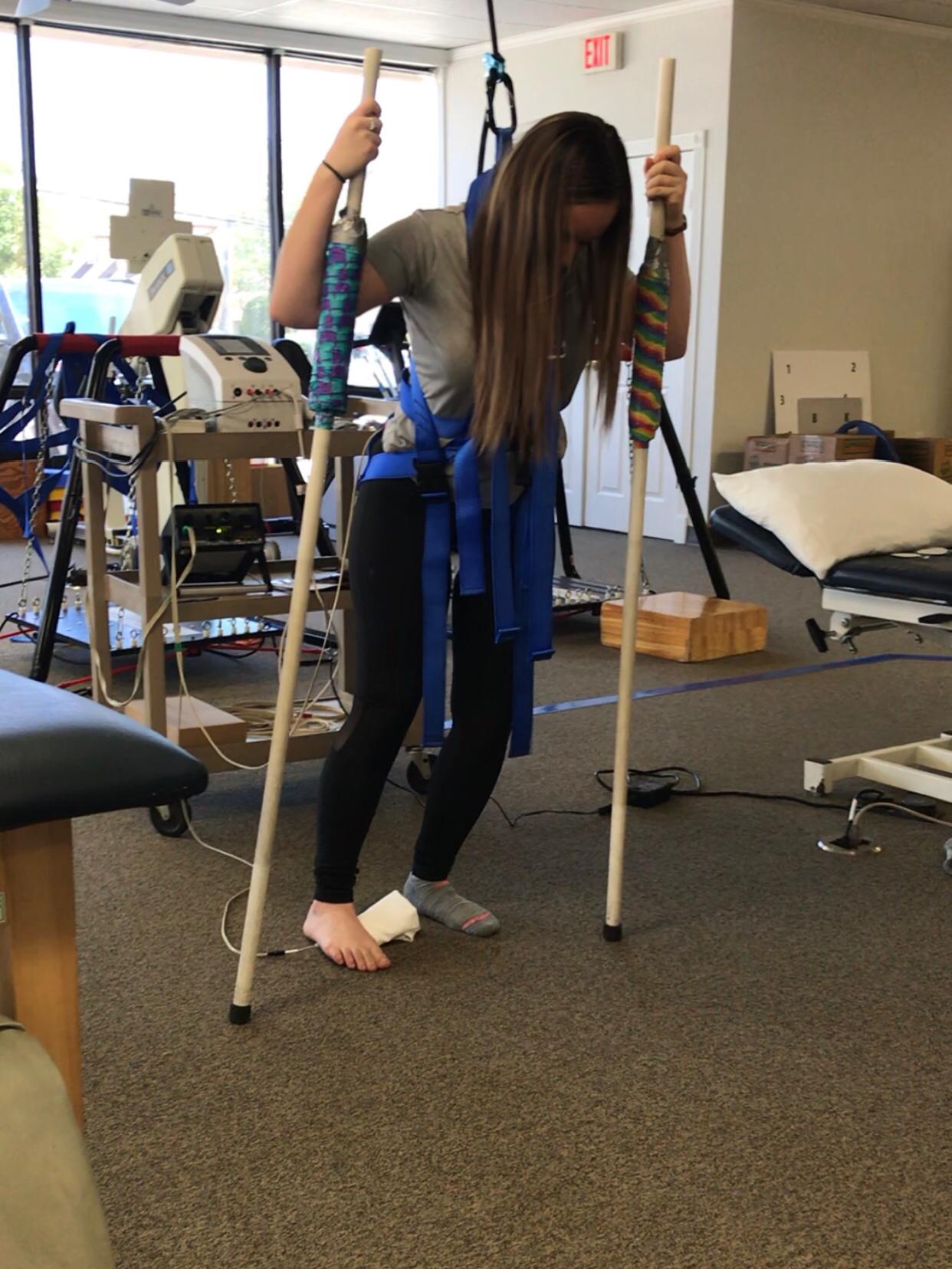 Monique McDown fazendo fisioterapia depois que ficou paralítica, após acidente quando servia missão em Curitiba, Brasil.