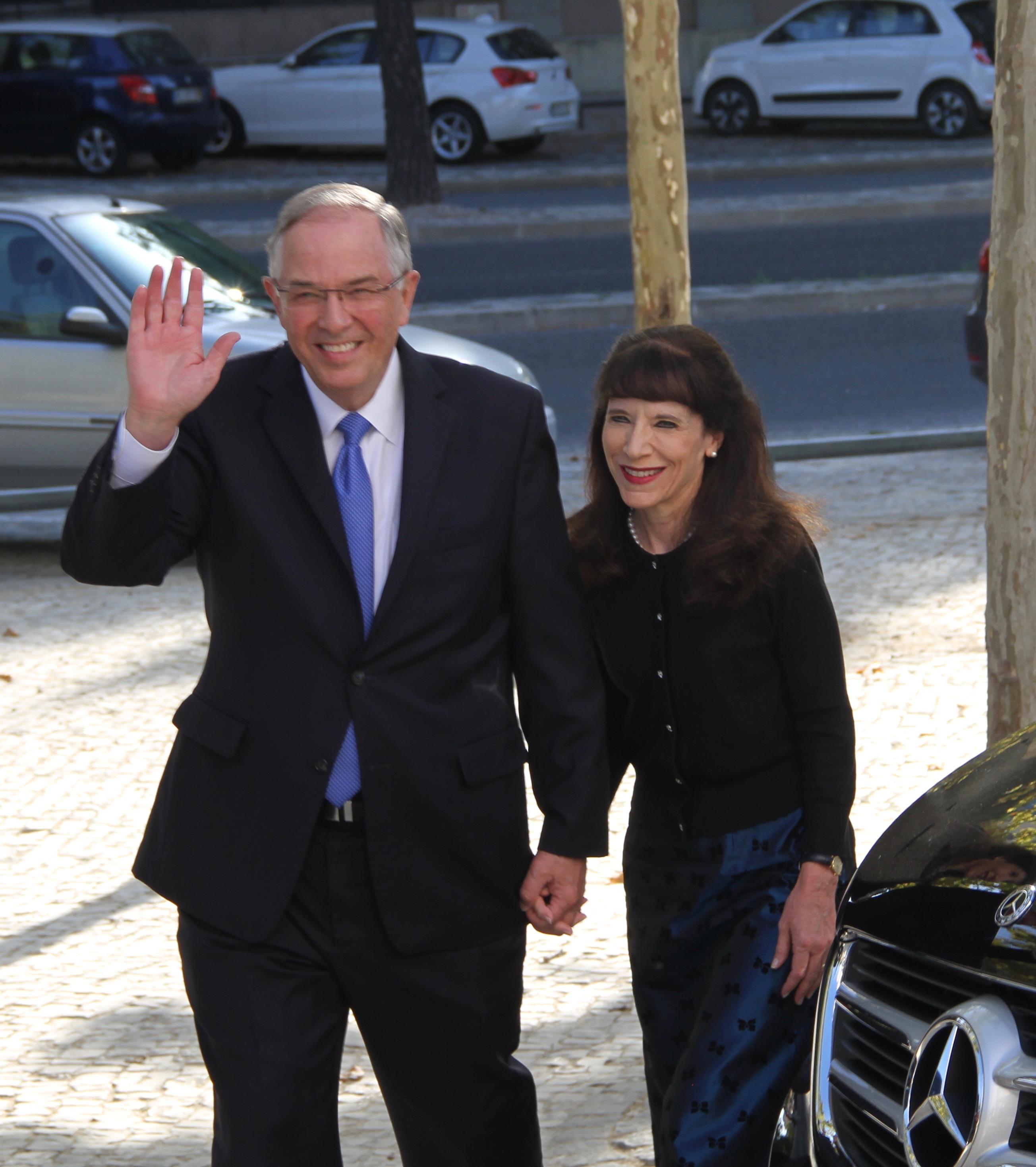 O élder Neil L. Andersen, do Quórum dos Doze Apóstolos, e sua esposa, a irmã Kathy Andersen, chegam para fazer um passeio pelo novo Templo de Lisboa Portugal no sábado, 14 de setembro de 2019, em Lisboa.