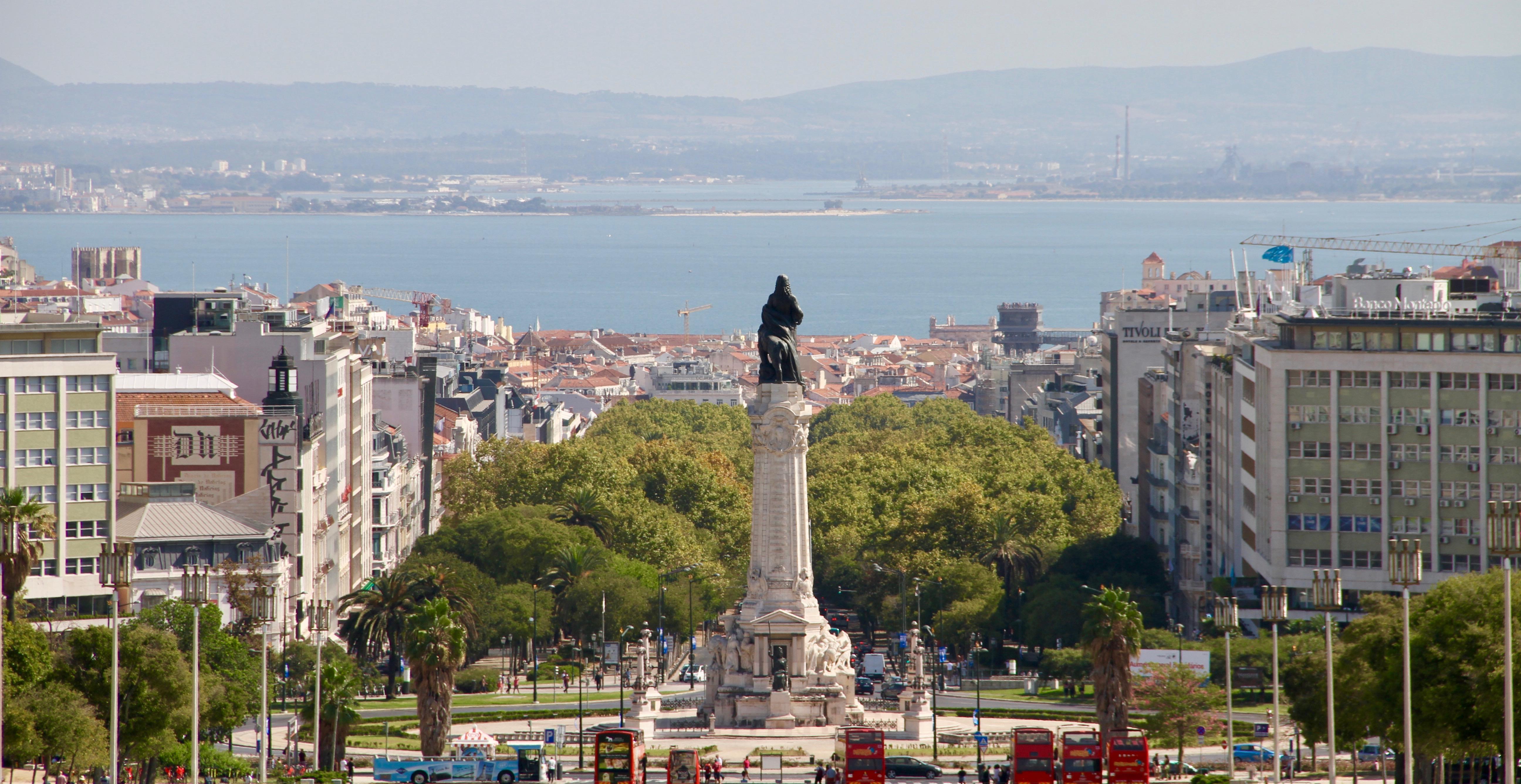 O centro histórico de Lisboa, Portugal e o Rio Tejo visto a partir da parte superior do Parque Eduardo VII, no domingo, 15 de setembro de 2019.