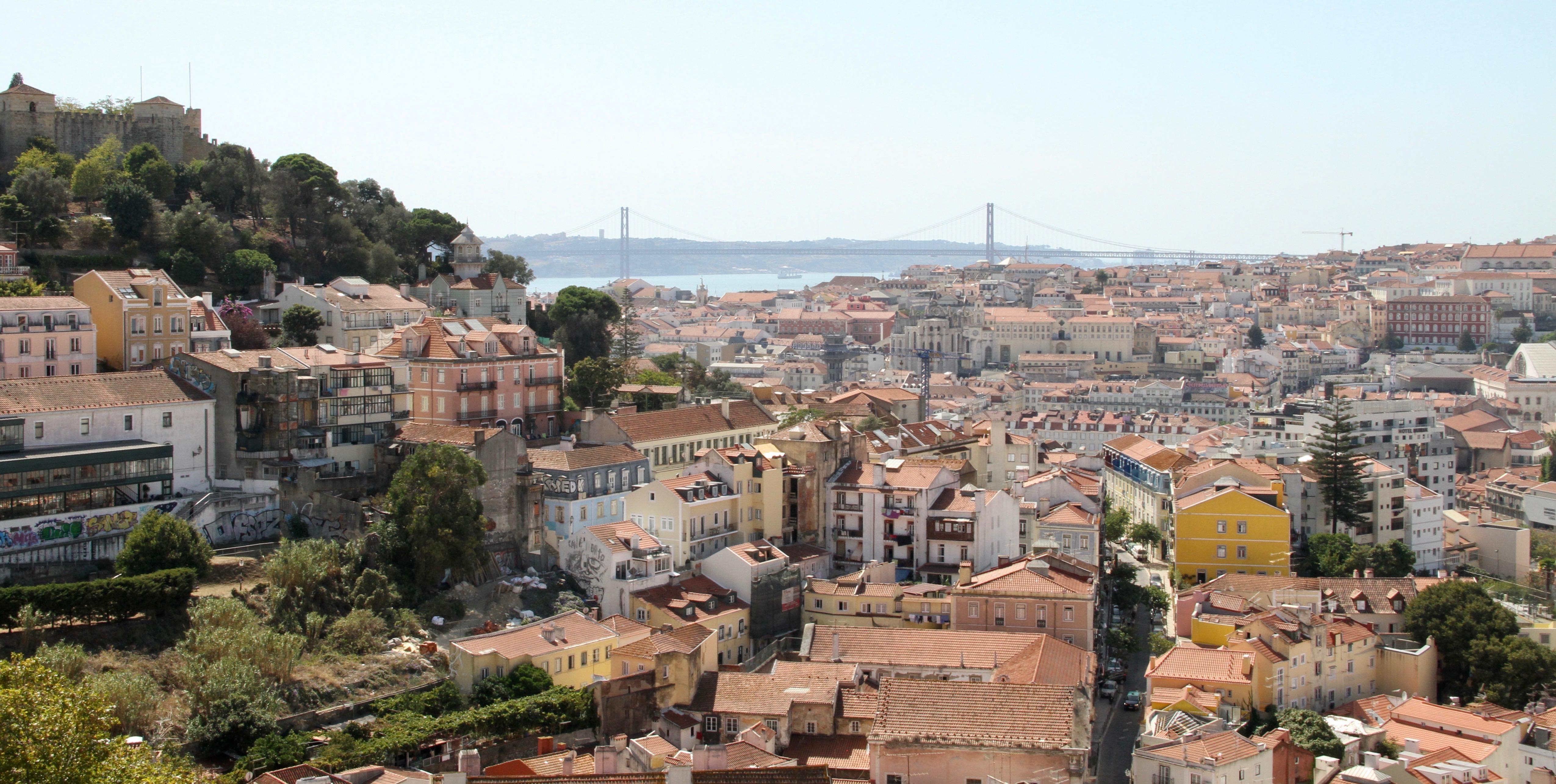 Vista do centro de Lisboa, com o Castelo de S. Jorge, no topo do morro à esquerda e a ponte 25 de abril, sobre o Rio Tejo, ao fundo no centro. Foto tirada no domingo, 15 de setembro de 2019.