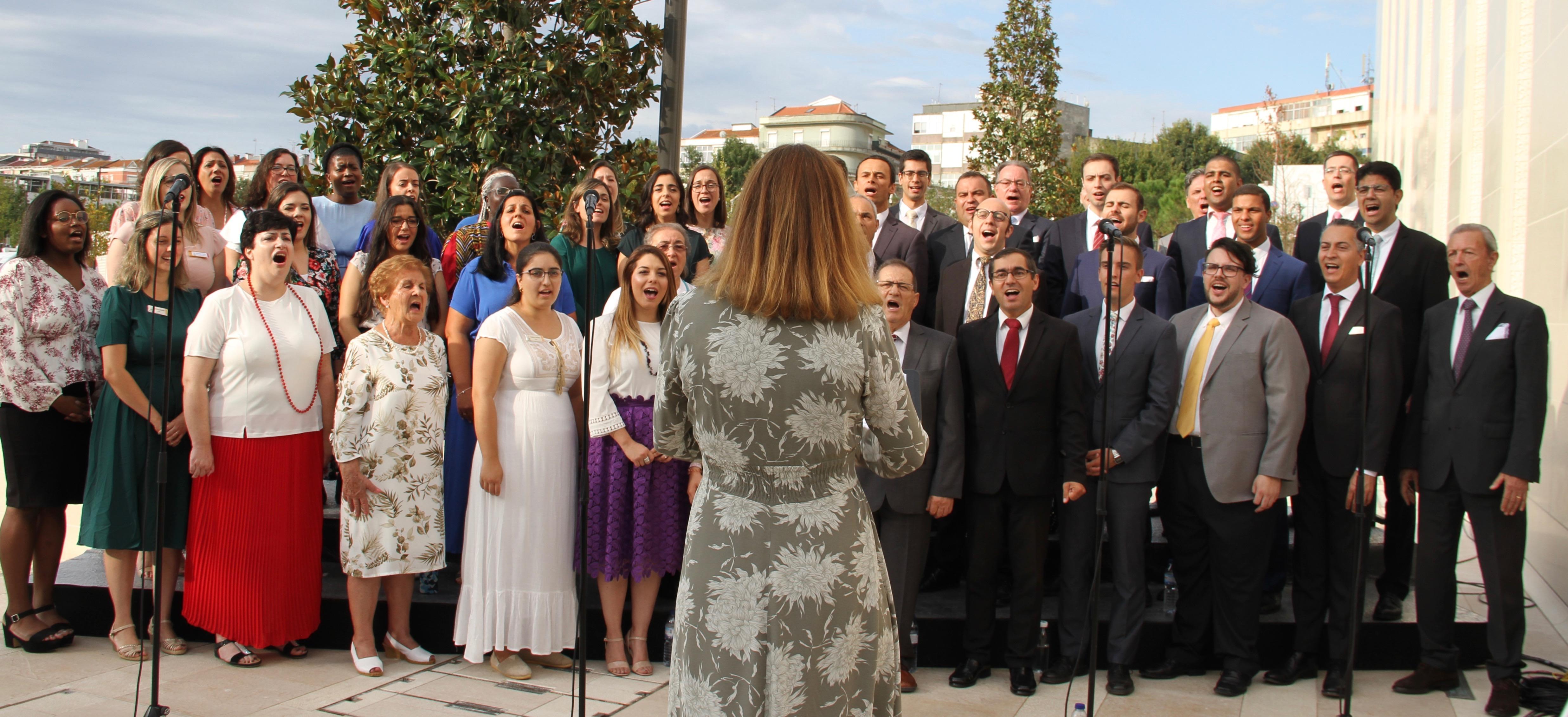 Um coro de membros locais canta na cerimônia de colocação da pedra angular do Templo de Lisboa Portugal durante sua dedicação no domingo, 15 de setembro de 2019.
