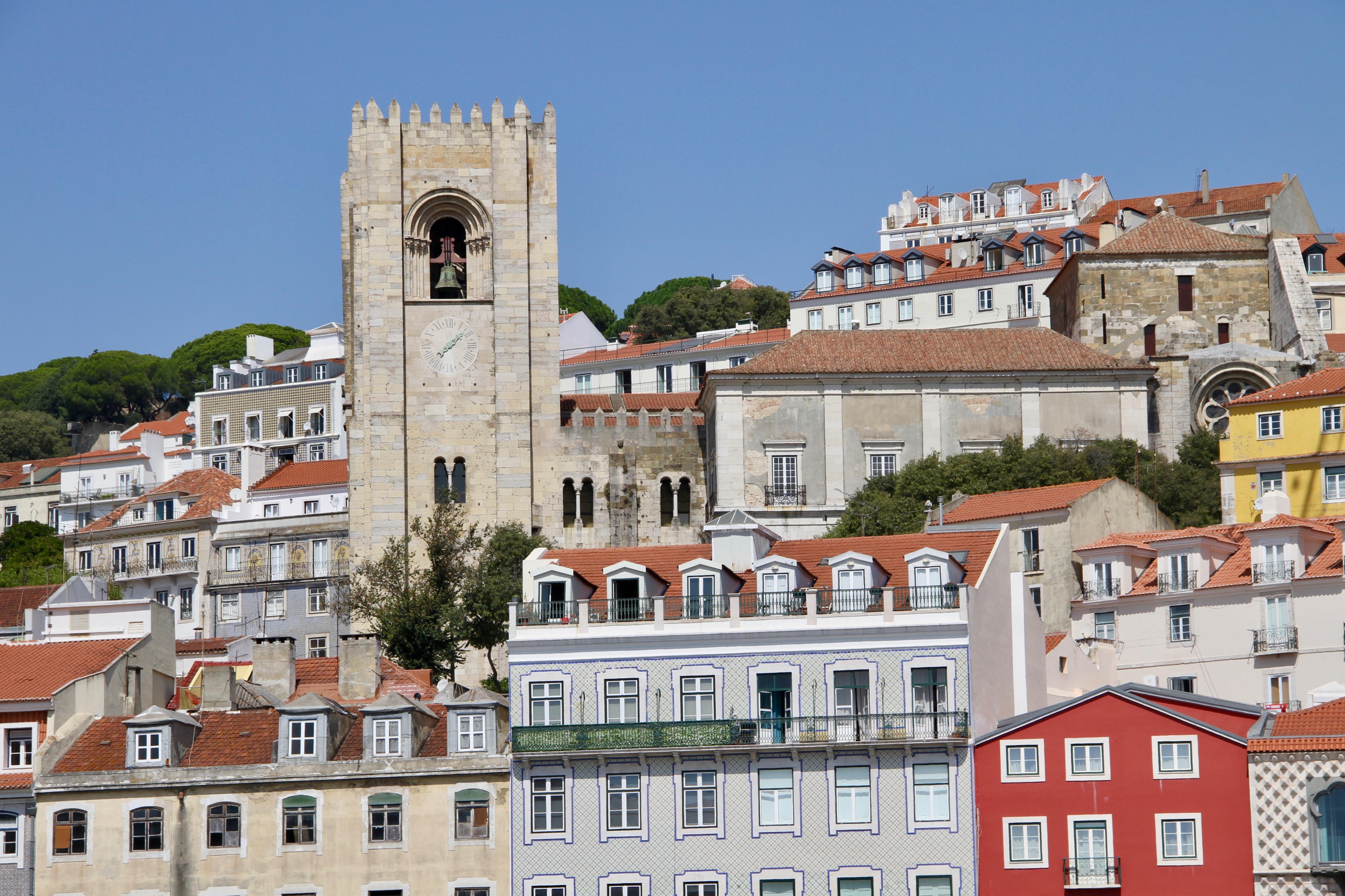 Vista do centro de Lisboa, Portugal, com edifícios residenciais e uma vista lateral da Catedral de Lisboa no domingo, 15 de setembro de 2019.