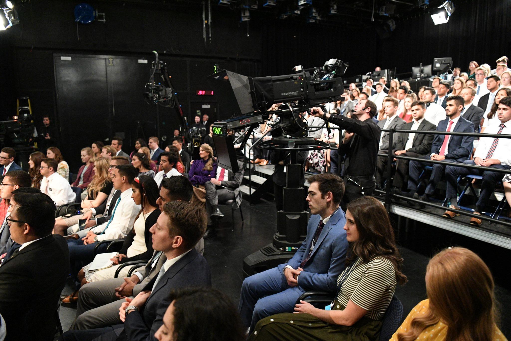 O público de jovens adultos santos dos últimos dias se reúne em um estúdio da BYU em Provo, Utah, e em outros locais no mundo todo para a transmissão do Devocional Mundial Cara a Cara no domingo, 15 de setembro de 2019.
