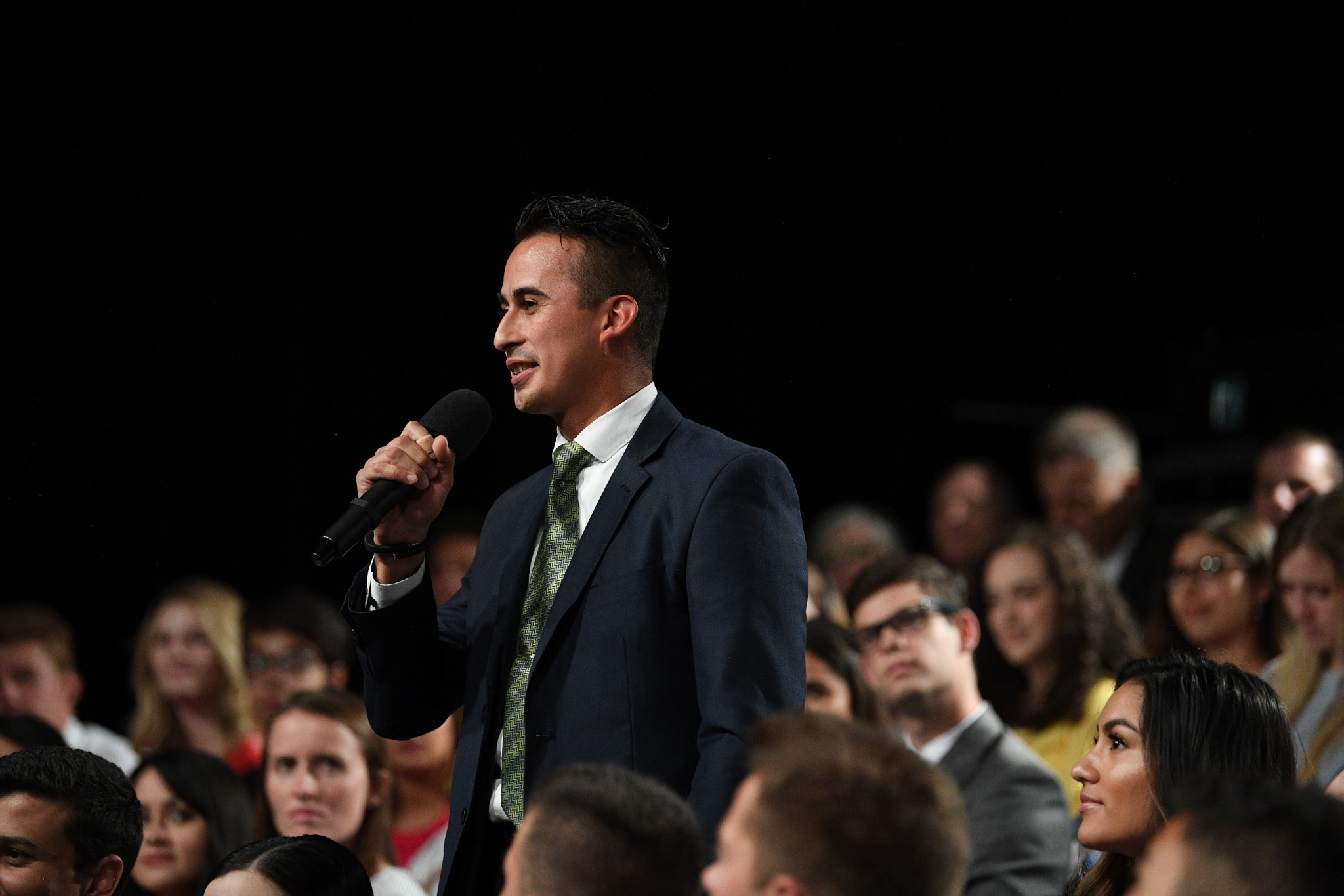 Jovens adultos na plateia da transmissão Cara a Cara fazem perguntas aos dois líderes da Igreja em 15 de setembro de 2019.