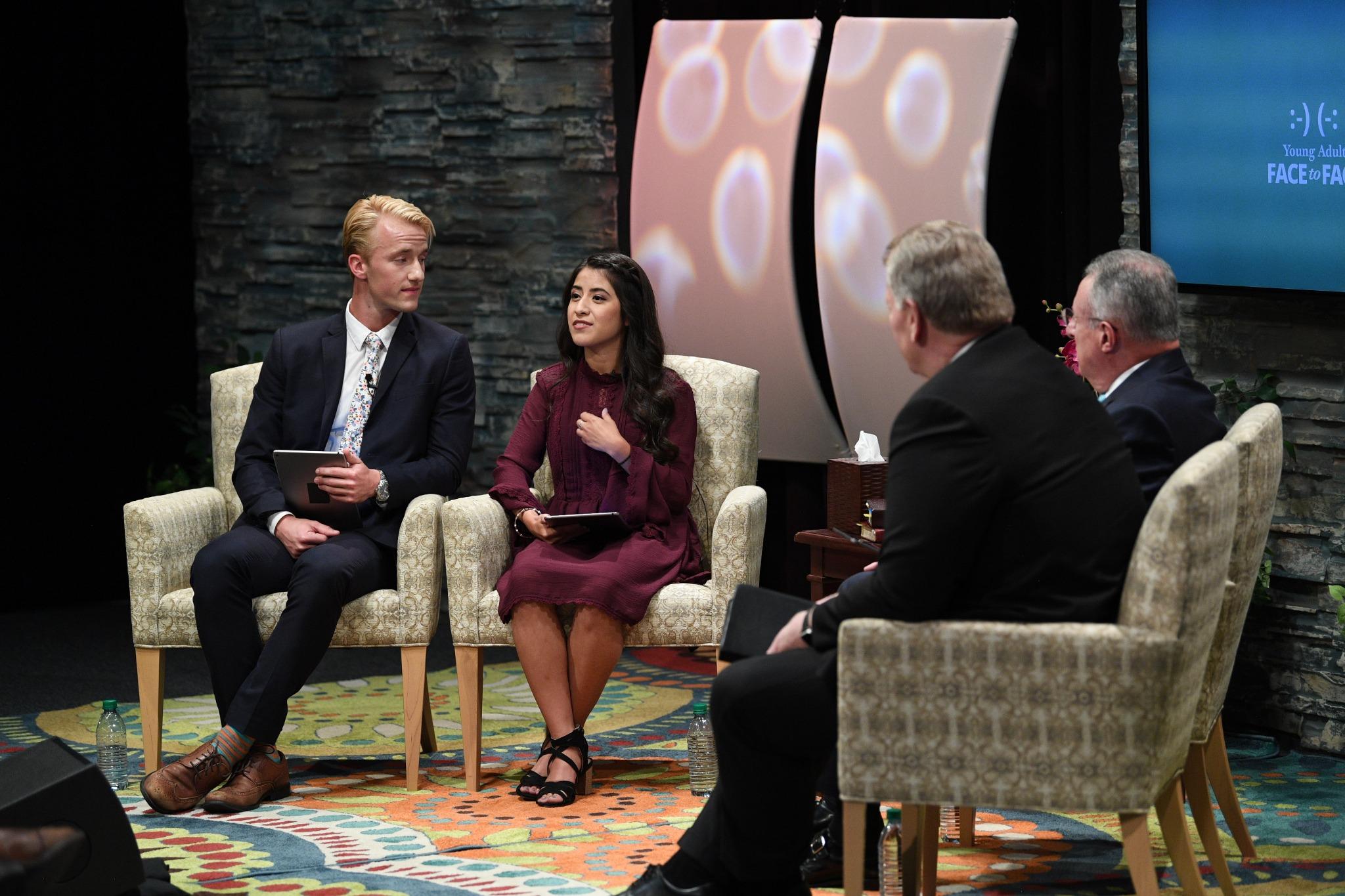 Os jovens adultos santos dos últimos dias, Max Alley e Liliana Tapia, servem como moderadores na transmissão do Devocional Mundial Cara a Cara em Provo, Utah, em 15 de setembro de 2019.