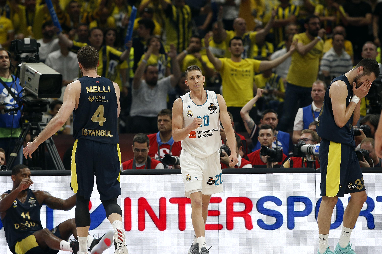 Jaycee Carroll, do Real Madrid, depois de uma dividida de bola com Brad Wanamaker do Fenerbahce, durante jogo da final de basquetebol da Final Four da EuroLeague entre o Real Madrid e o Fenerbahce em Belgrado, Sérvia, domingo, 20 de maio de 2018.
