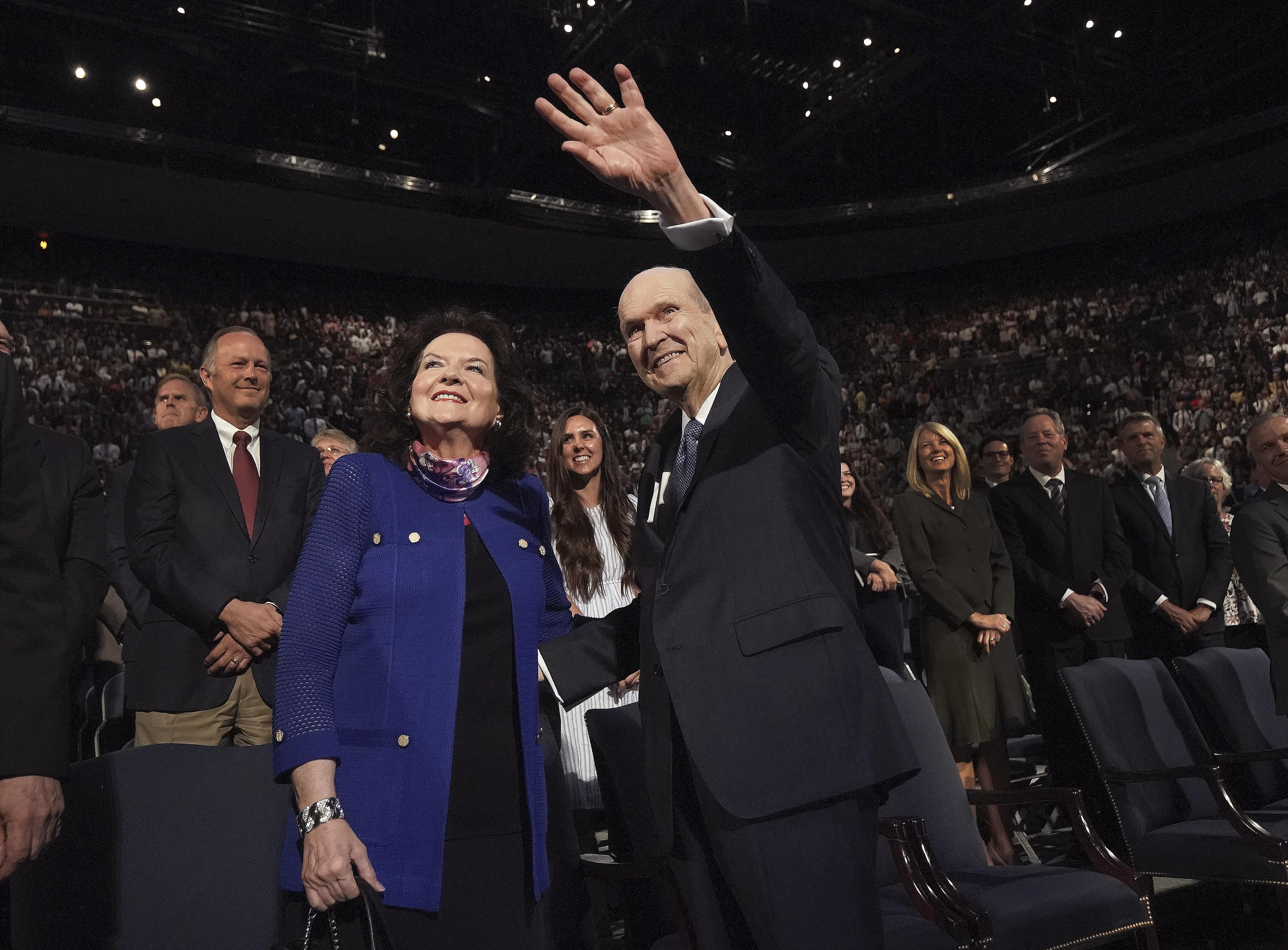 O presidente Russell M. Nelson, de A Igreja de Jesus Cristo dos Santos dos Últimos Dias, e sua esposa, a irmã Wendy Nelson, acenam para os alunos após um devocional na Universidade Brigham Young em Provo, na terça-feira, 17 de setembro de 2019.