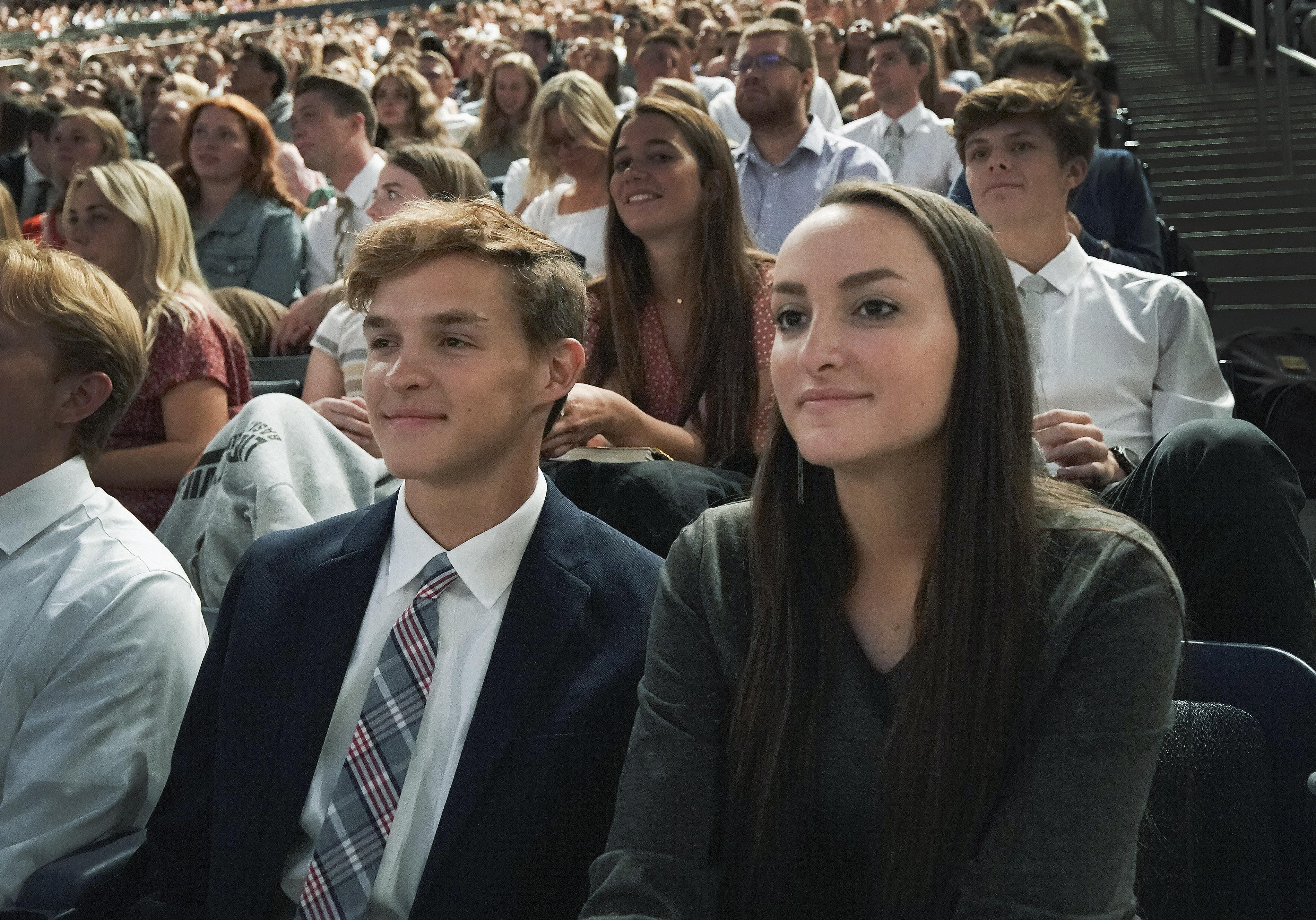 Garrett e Madison Brown, que são irmãos, ouvem o presidente Russell M. Nelson, de A Igreja de Jesus Cristo dos Santos dos Últimos Dias, durante um devocional na Universidade Brigham Young, em Provo, na terça-feira, 17 de setembro de 2019.