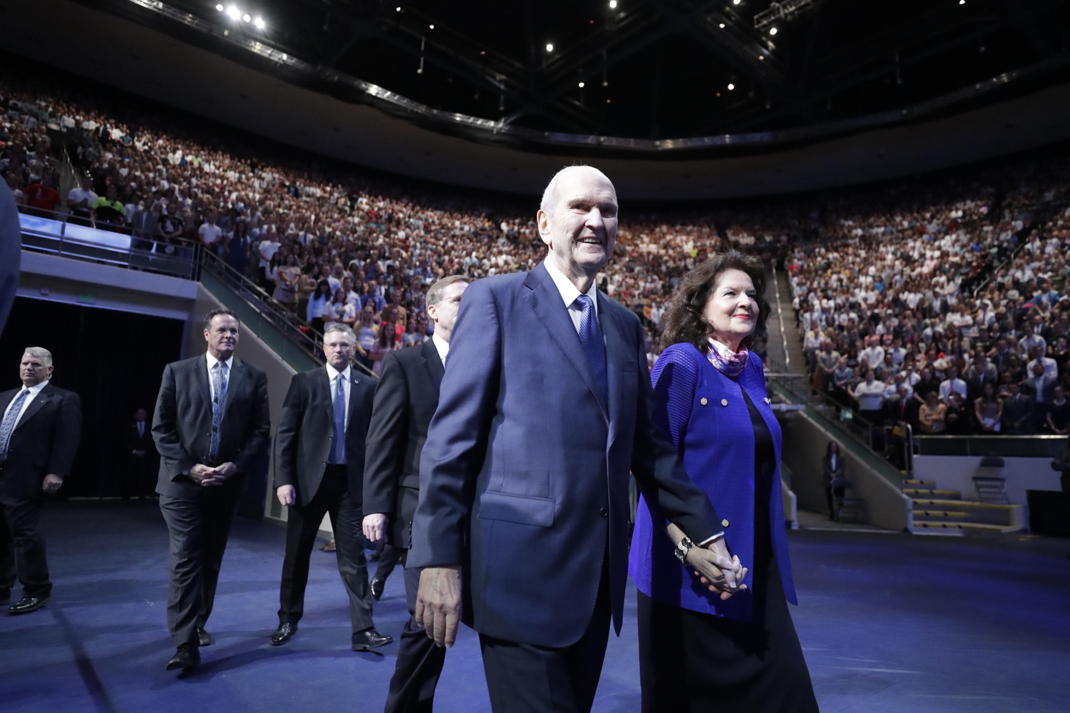 O presidente Russell M. Nelson e sua esposa, a irmã Wendy Nelson, entram no Marriott Center antes de falar em um devocional no campus da BYU na terça-feira, 17 de setembro de 2019.