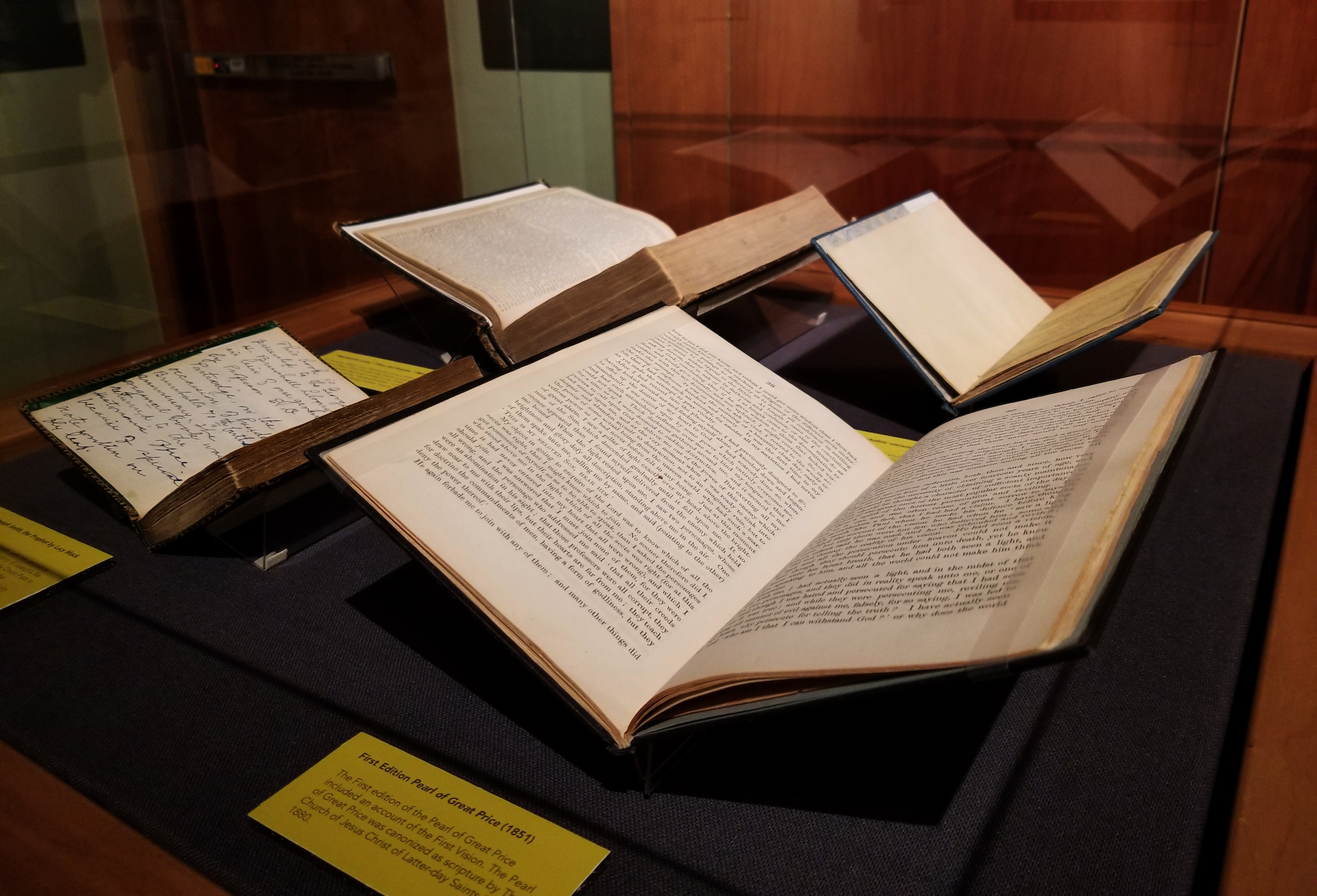 """Livros e manuscritos da Harold B. Lee Library da BYU enriquecem a exibição """"Um Pilar de Luz"""" que está em andamento."""