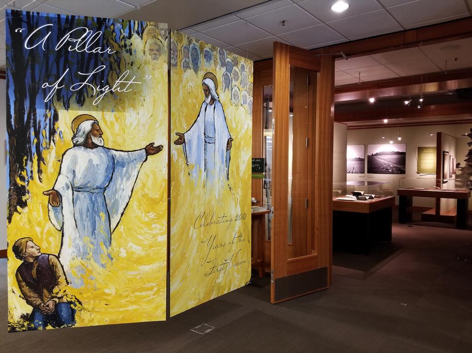 """A exibição """"Um Pilar de Luz"""" na Harold B. Lee Library da BYU comemora o bicentenário, que se aproxima, da Primeira Visão."""