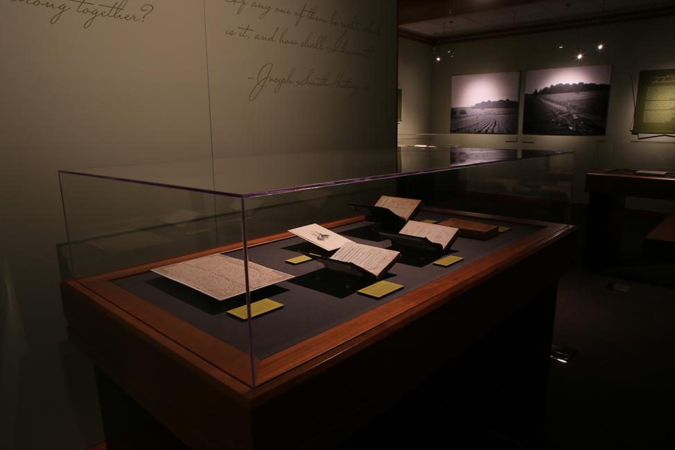 """A exibição """"Um Pilar de Luz"""" da BYU inclui livros, manuscritos, fotos históricas e mídia contemporânea para contar a história essencial da Primeira Visão de Joseph Smith em 1820."""