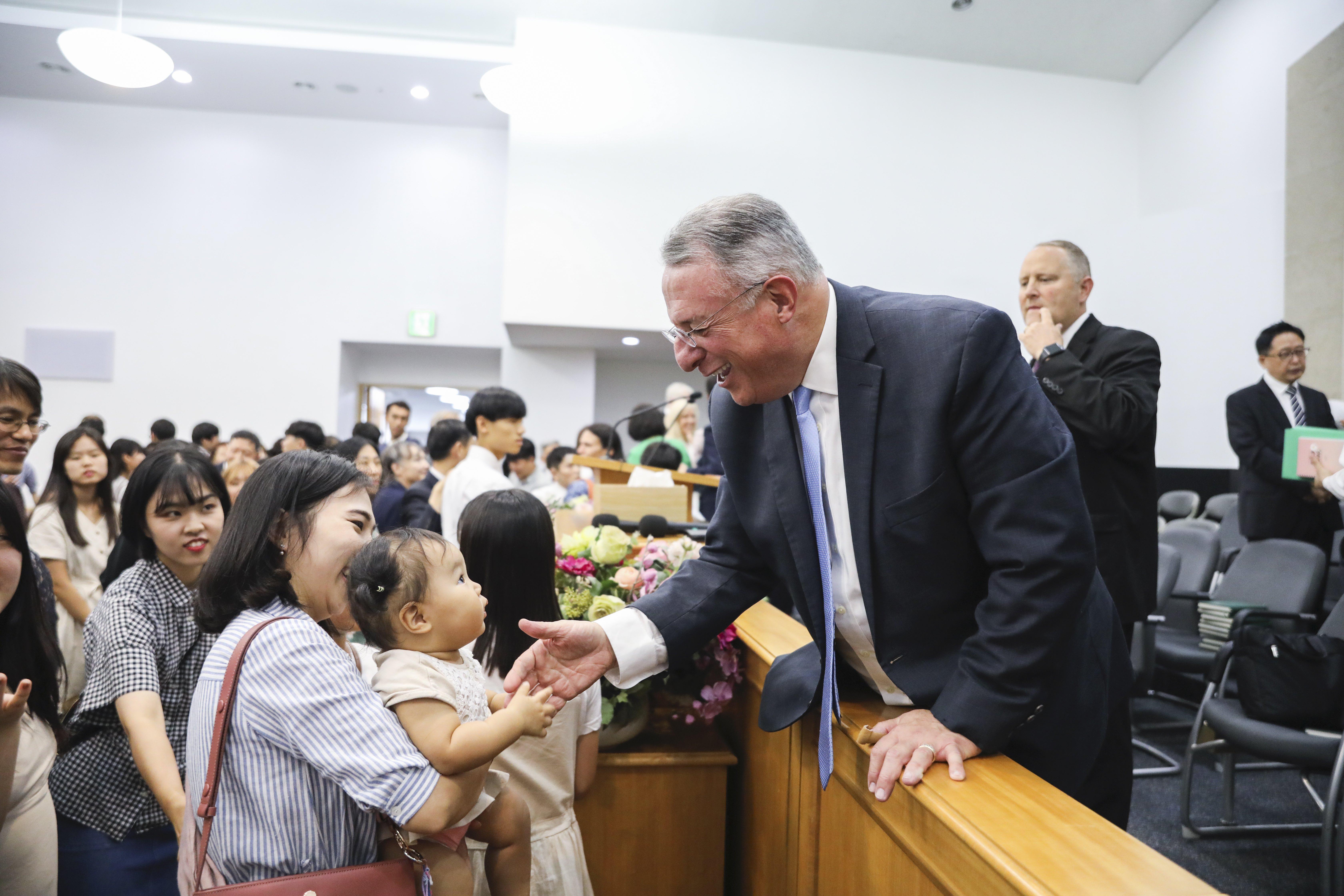 O élder Ulisses Soares cumprimenta membros após uma transmissão nacional para membros em Seul, Coréia do Sul, no domingo, 25 de agosto de 2019.