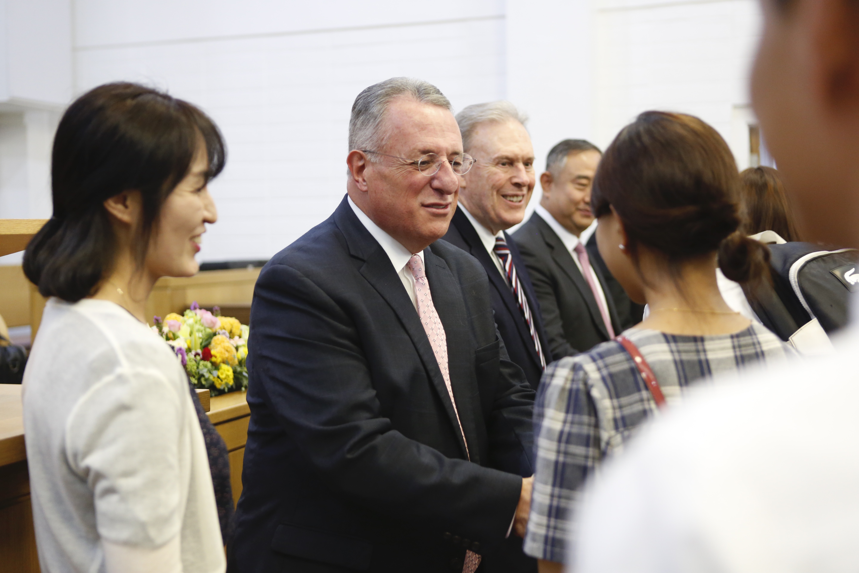 O élder Ulisses Soares visita a Coréia e o Japão de 21 de agosto a 1 de setembro.