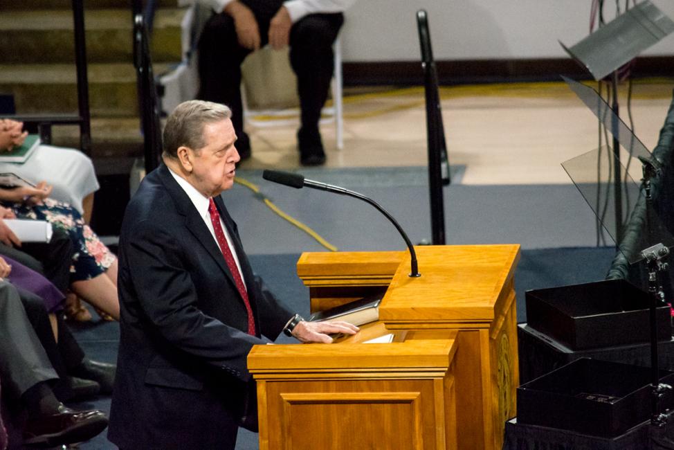 """O élder Jeffrey R. Holland, do Quórum dos Doze Apóstolos, fala em um devocional na Universidade Estadual de Utah, em 22 de setembro de 2019. O élder Holland deu aos alunos o encargo de """"ter bom ânimo""""."""