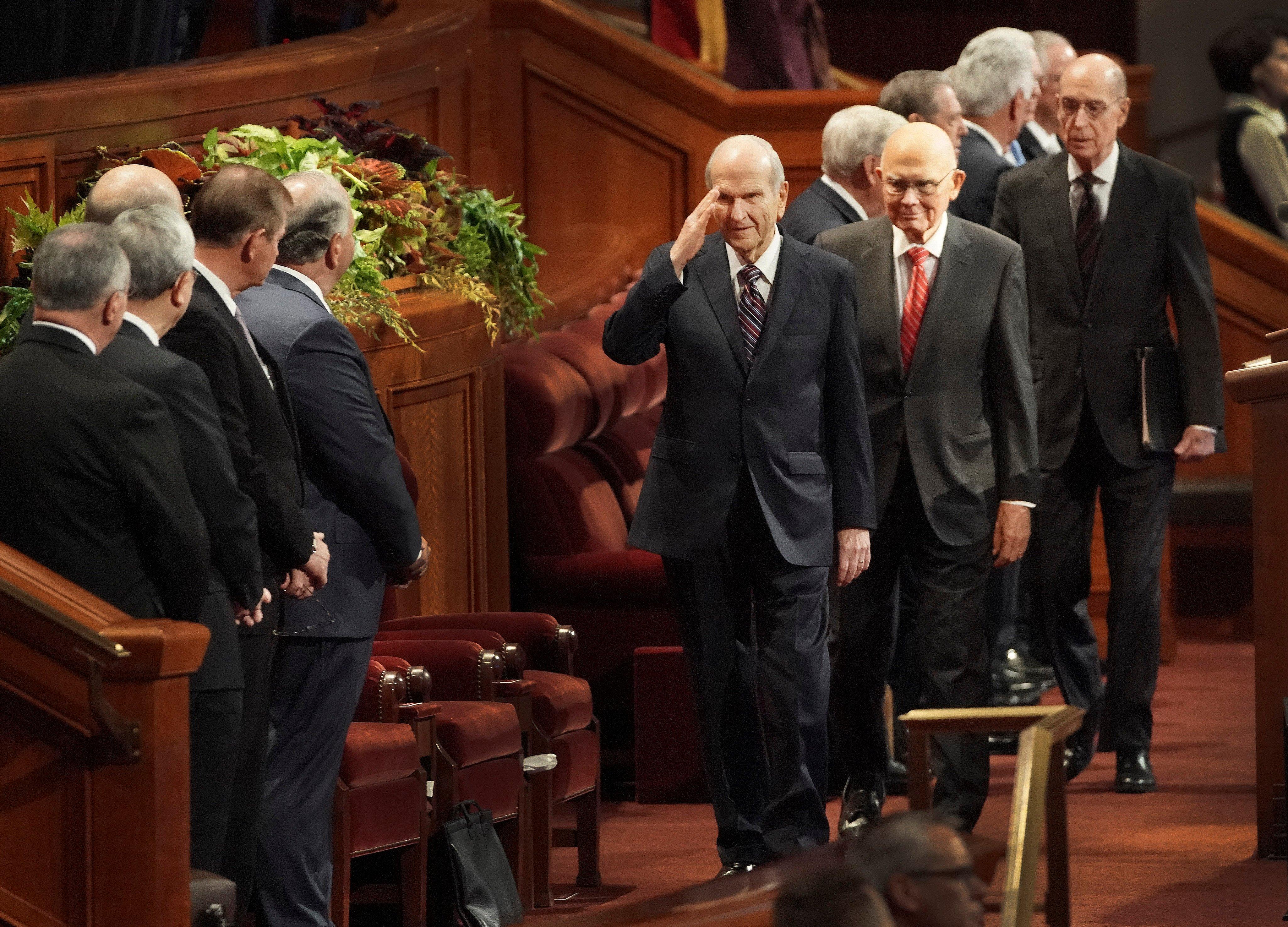 O presidente Russell M. Nelson, de A Igreja de Jesus Cristo dos Santos dos Últimos Dias, saúda as autoridades gerais ao entrar no Centro de Conferências antes da sessão da manhã de sábado da Conferência Geral Semestral nº 189 da religião em Salt Lake City no sábado, 5 de outubro de 2019.