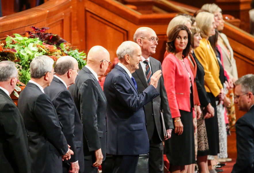 O presidente Russell M. Nelson, ao centro, acena para as pessoas presentes na conferência antes da sessão geral das mulheres da Conferência Geral Semestral n° 189 de A Igreja de Jesus Cristo dos Santos dos Últimos Dias no Centro de Conferências de Salt Lake City, no sábado, 5 de outubro de 2019.