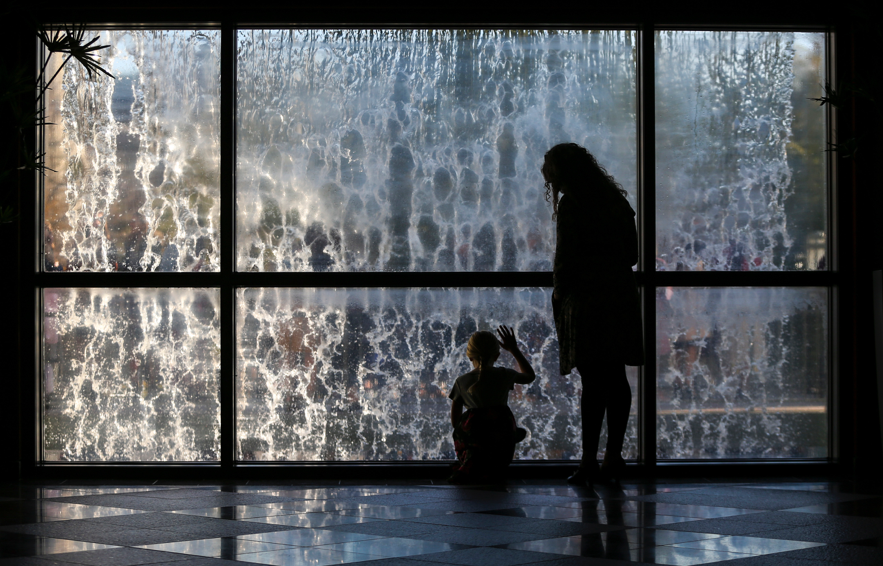Anna Whiteley, à direita, e sua filha Jade Whiteley, 8, apreciam a fonte antes da sessão geral das mulheres da Conferência Geral Semestral n° 189 de A Igreja de Jesus Cristo dos Santos dos Últimos Dias em Salt Lake City, no sábado, 5 de outubro de 2019.