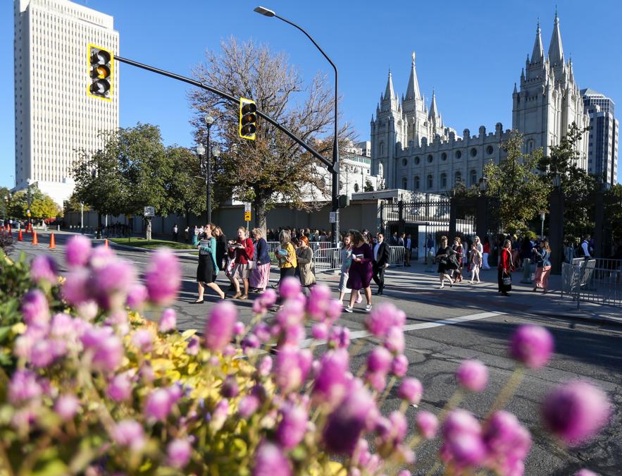 Um grupo de mulheres atravessa a rua North Temple caminho do Centro de Conferências antes da sessão geral das mulheres da Conferência Geral Semestral n° 189 de A Igreja de Jesus Cristo dos Santos dos Últimos Dias no Centro de Conferências de Salt Lake City, no sábado, 5 de outubro de 2019.