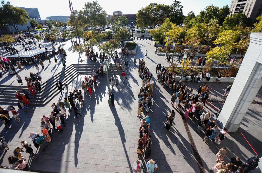 O público faz fila para entrar no Centro de Conferências antes da sessão geral das mulheres da Conferência Geral Semestral n° 189 de A Igreja de Jesus Cristo dos Santos dos Últimos Dias no sábado, 5 de outubro de 2019.
