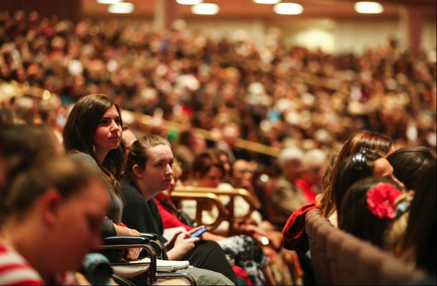 Mulheres ouvem o presidente Dallin H. Oaks, primeiro conselheiro na Primeira Presidência, que não aparece na foto, falar durante a sessão das mulheres na 189ª Conferência Geral Semestral de A Igreja de Jesus Cristo dos Santos dos Últimos Dias em 5 de outubro de 2019.