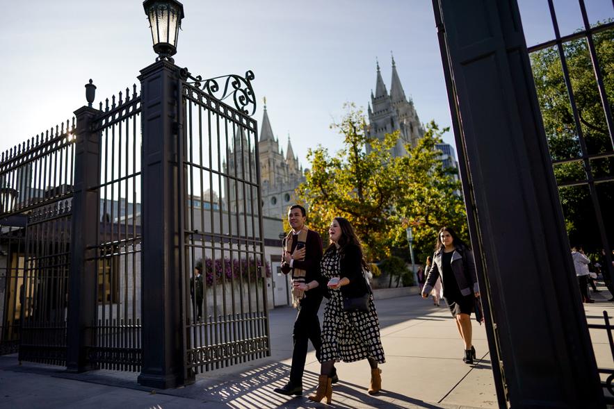 Várias pessoas circulam pela Praça do Templo antes da sessão da manhã de sábado da 189ª Conferência Geral Semestral de A Igreja de Jesus Cristo dos Santos dos Últimos Dias em Salt Lake City, em 5 de outubro de 2019.