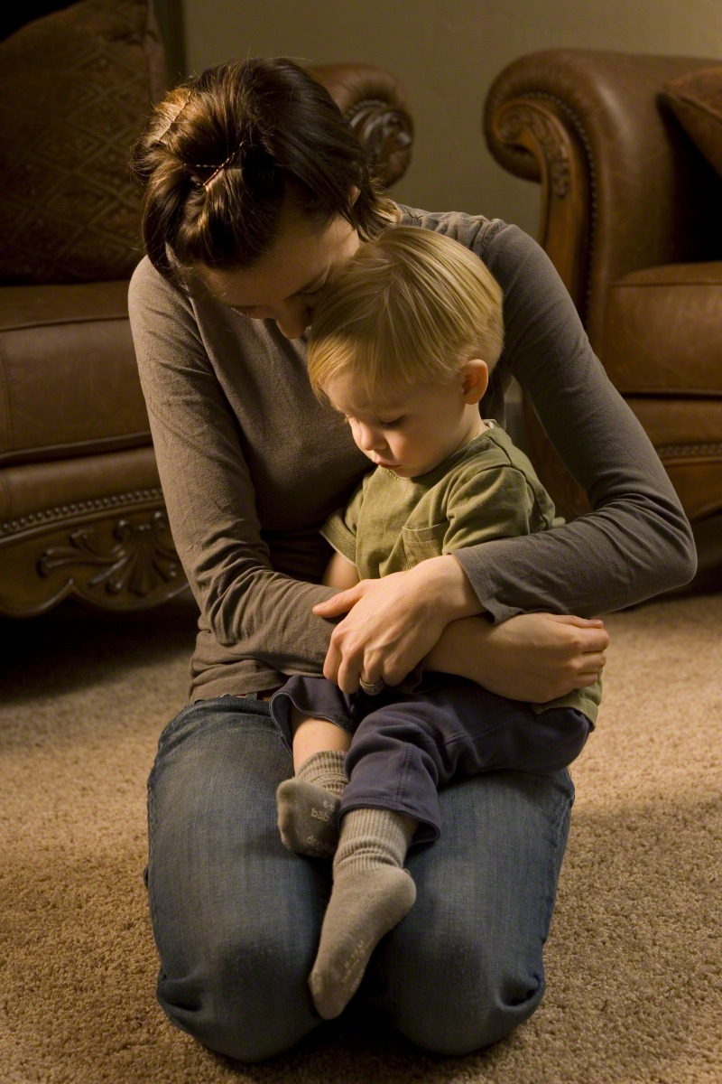 Uma mãe ensina seu filho a orar. Os pais precisam ensinar seus filhos a sentir, reconhecer e conhecer a influência do Espírito Santo, disse a presidência geral da Primária.