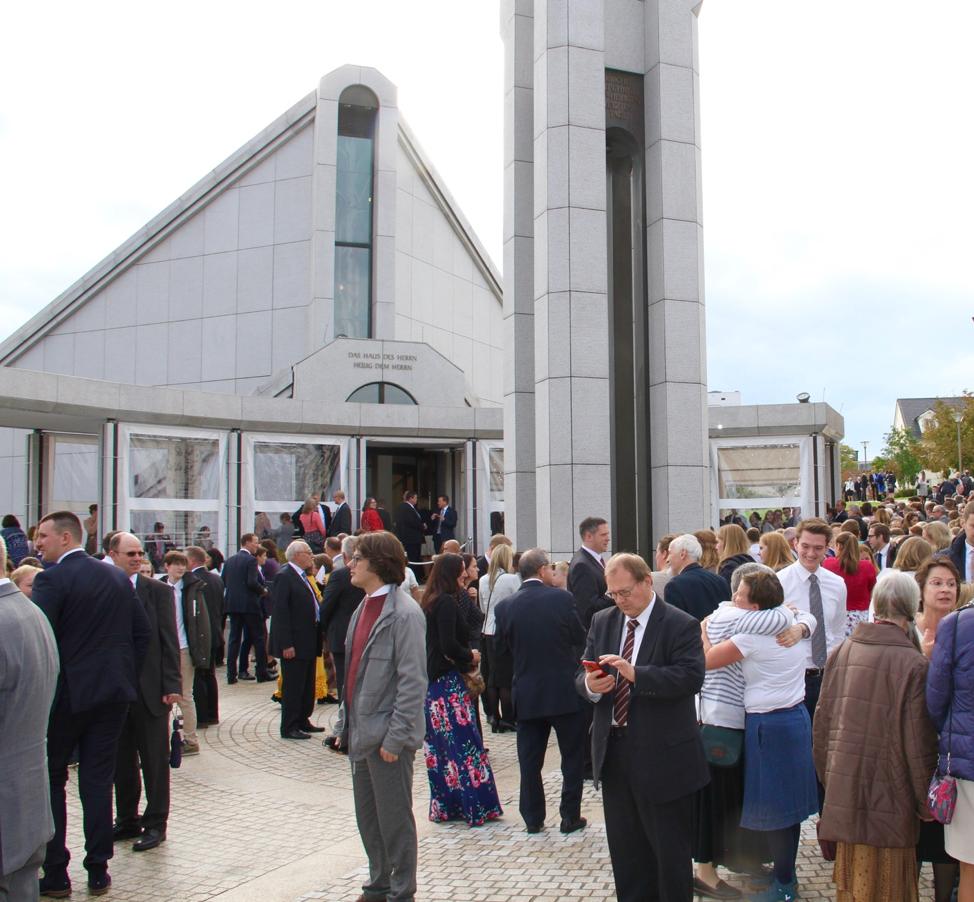 Santos dos Últimos Dias reúnem-se em frente ao Templo de Frankfurt Alemanha entre sessões rededicatórias no dia 20 de outubro, 2019.