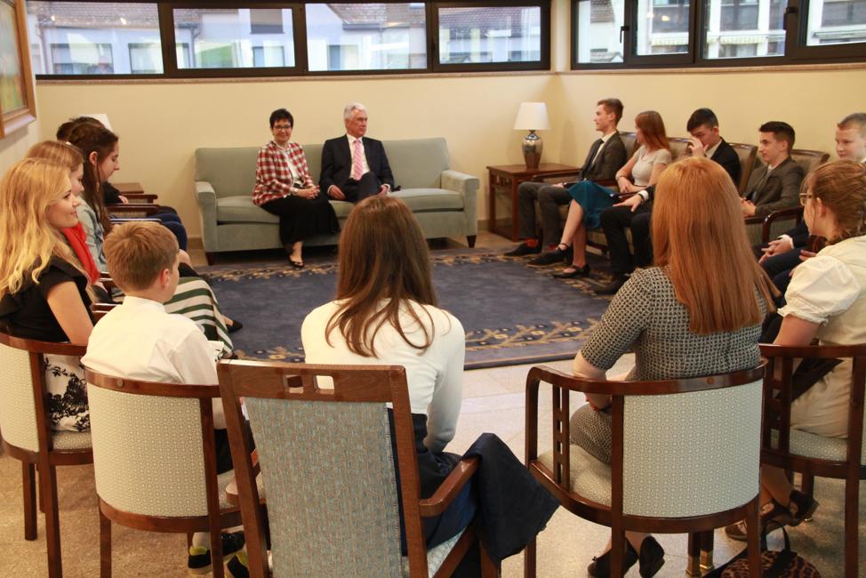 O élder Dieter F. Uchtdorf e a irmã Harriet Uchtdorf reúnem-se com um grupo de jovens em uma reunião antes de um devocional no sábado, 19 de outubro de 2019, em Friedrichsdorf, Alemanha.