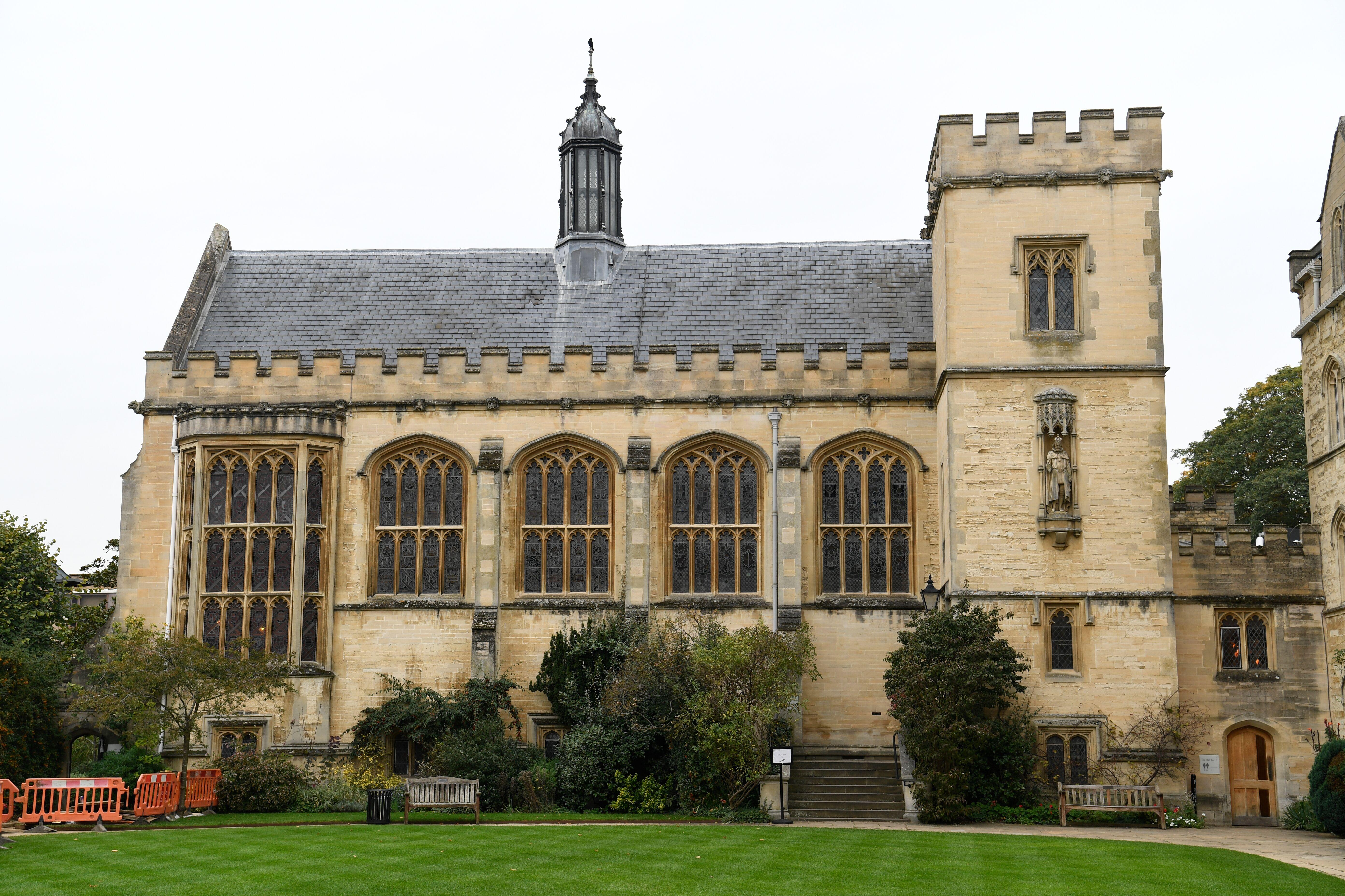 Uma vista do salão em Pembroke College na Universidade de Oxford. Élder Quentin L. Cook, do Quórum dos Doze Apóstolos, fala a estudantes, professores, funcionários e convidados em Pembroke College na Universidade de Oxford em Oxford, Inglaterra, no dia 23 de outubro, 2019.
